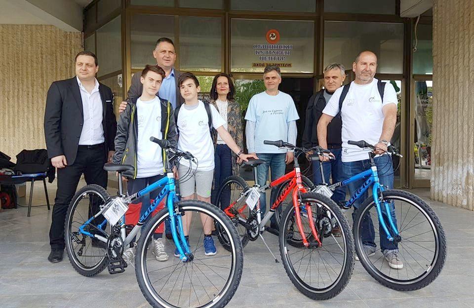 Кметът д-р Валентин Василев и заместникът му Галина Ге� ...