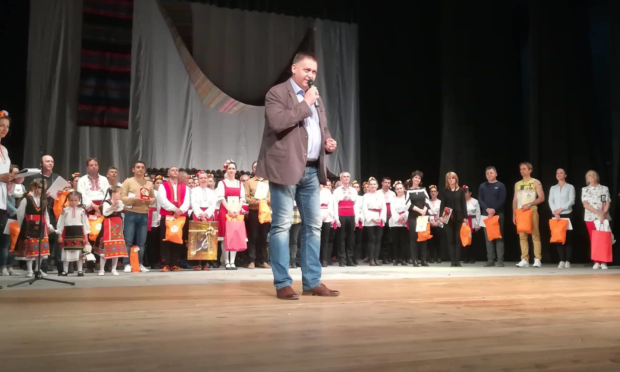 Наградата на кмета на Община Разград на Десетия фестив ...