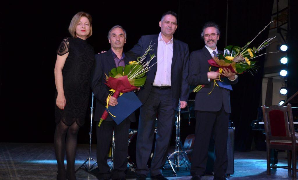 Кметът на Община Разград и председателят на ОбС връчих ...