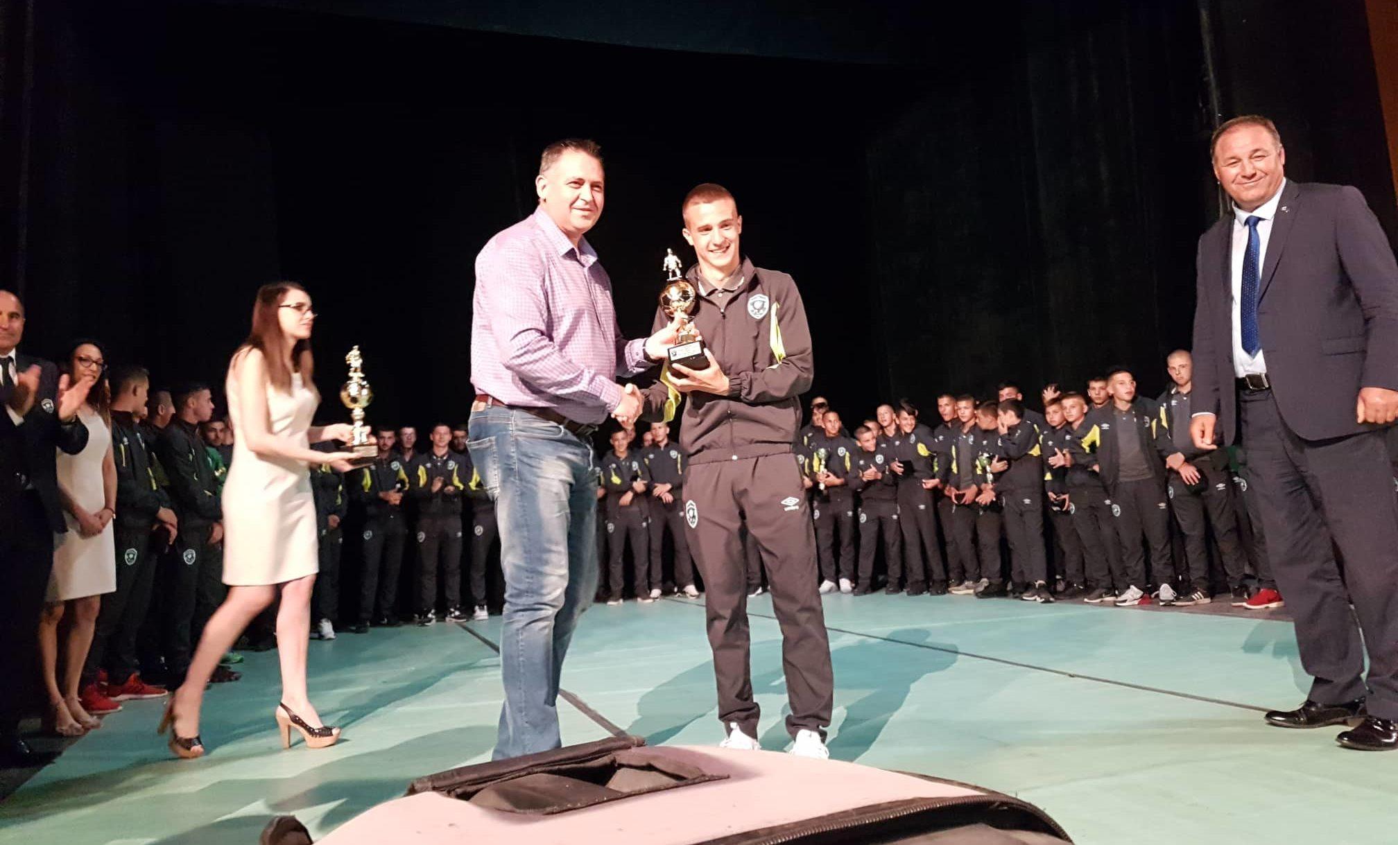 Кметът на Разград връчи купа на шампионите на България ...