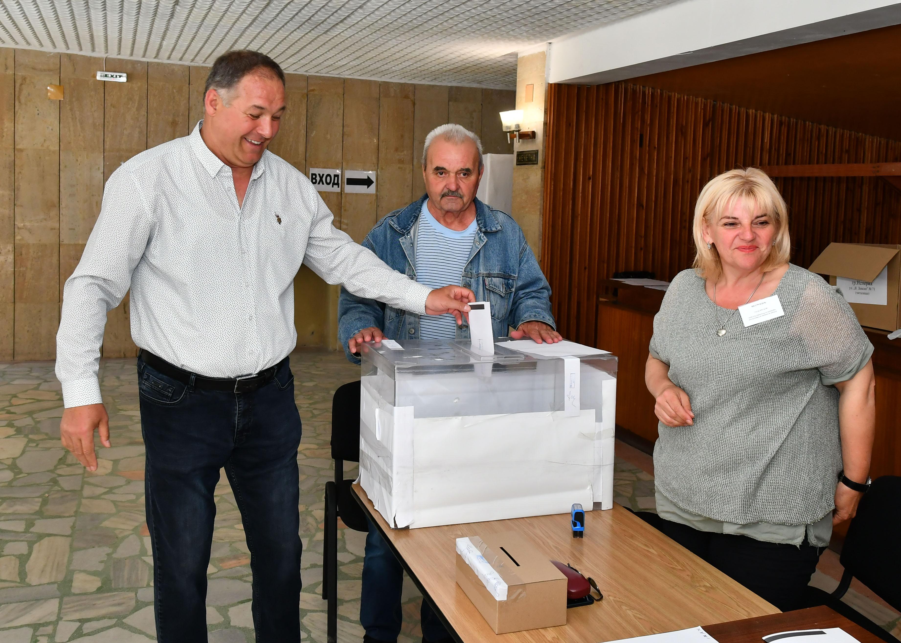 Областният управител Гюнай Хюсмен гласува в Исперих