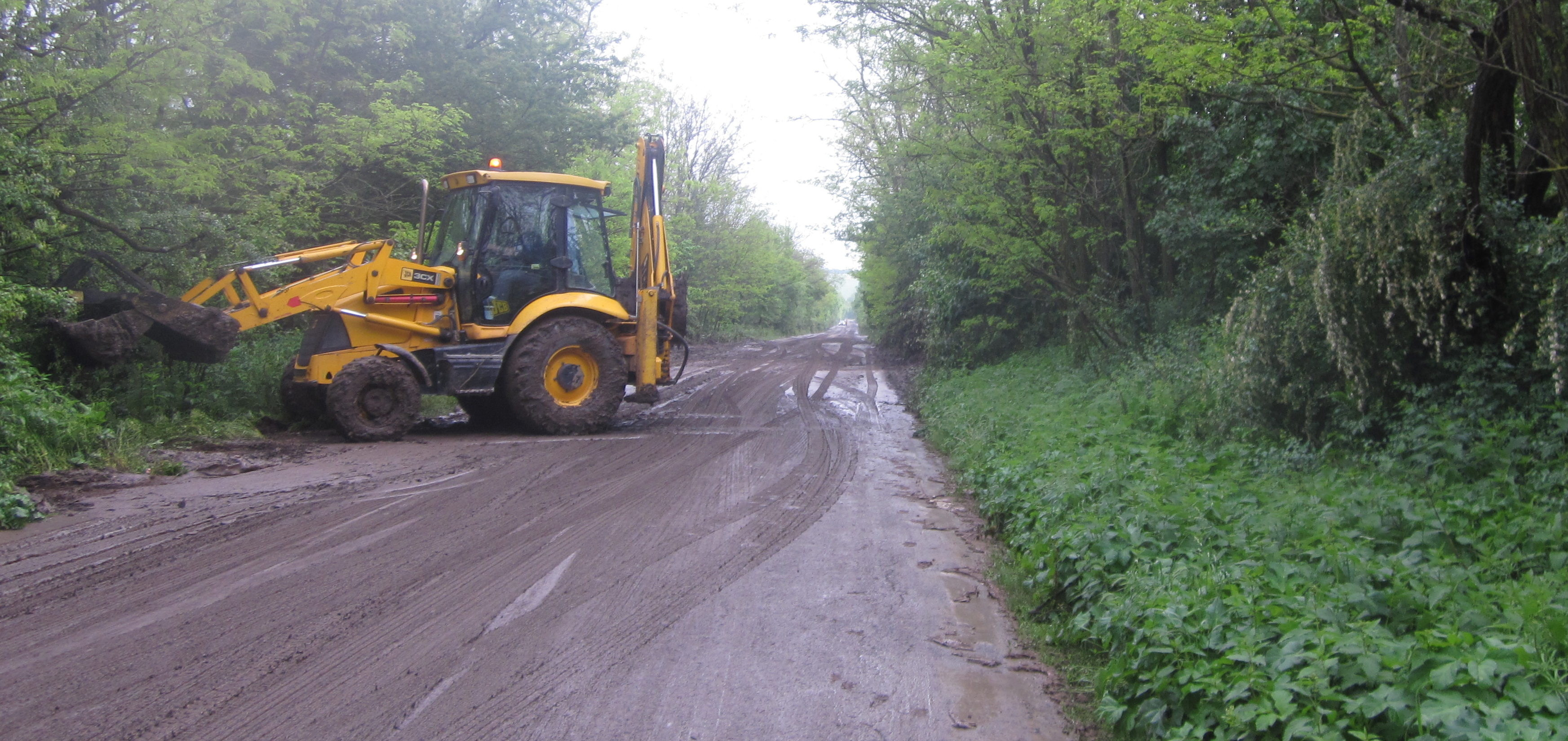 Кални наноси затрудняват движението по пътя Разград  ...