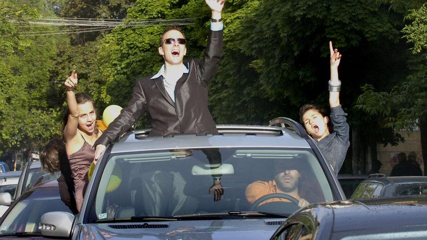 Глобиха трима шофьори и трима абитуриенти, показващи с ...