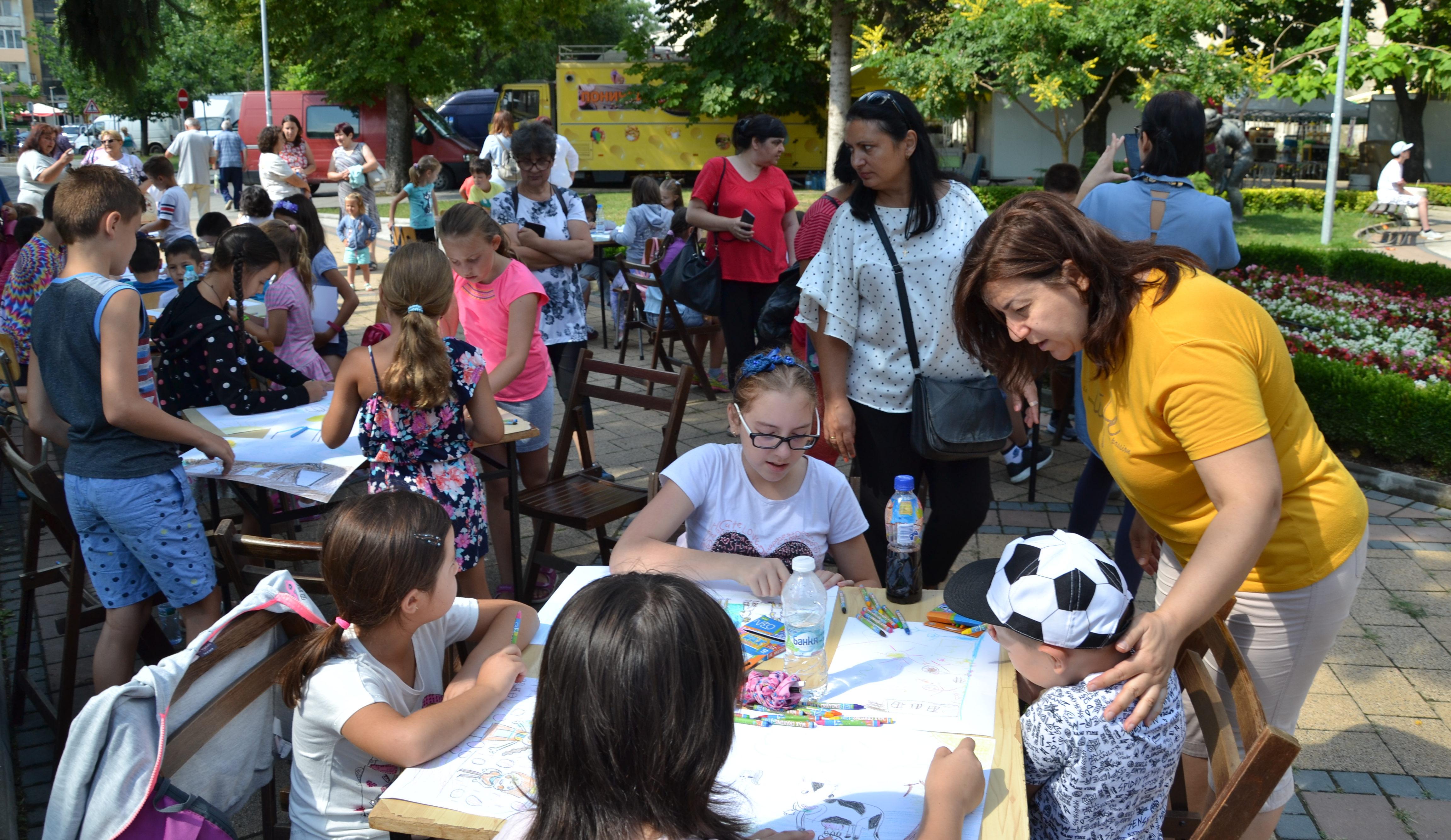 """66 деца рисуваха с пастели """"Фестивалът на млякото и т ..."""