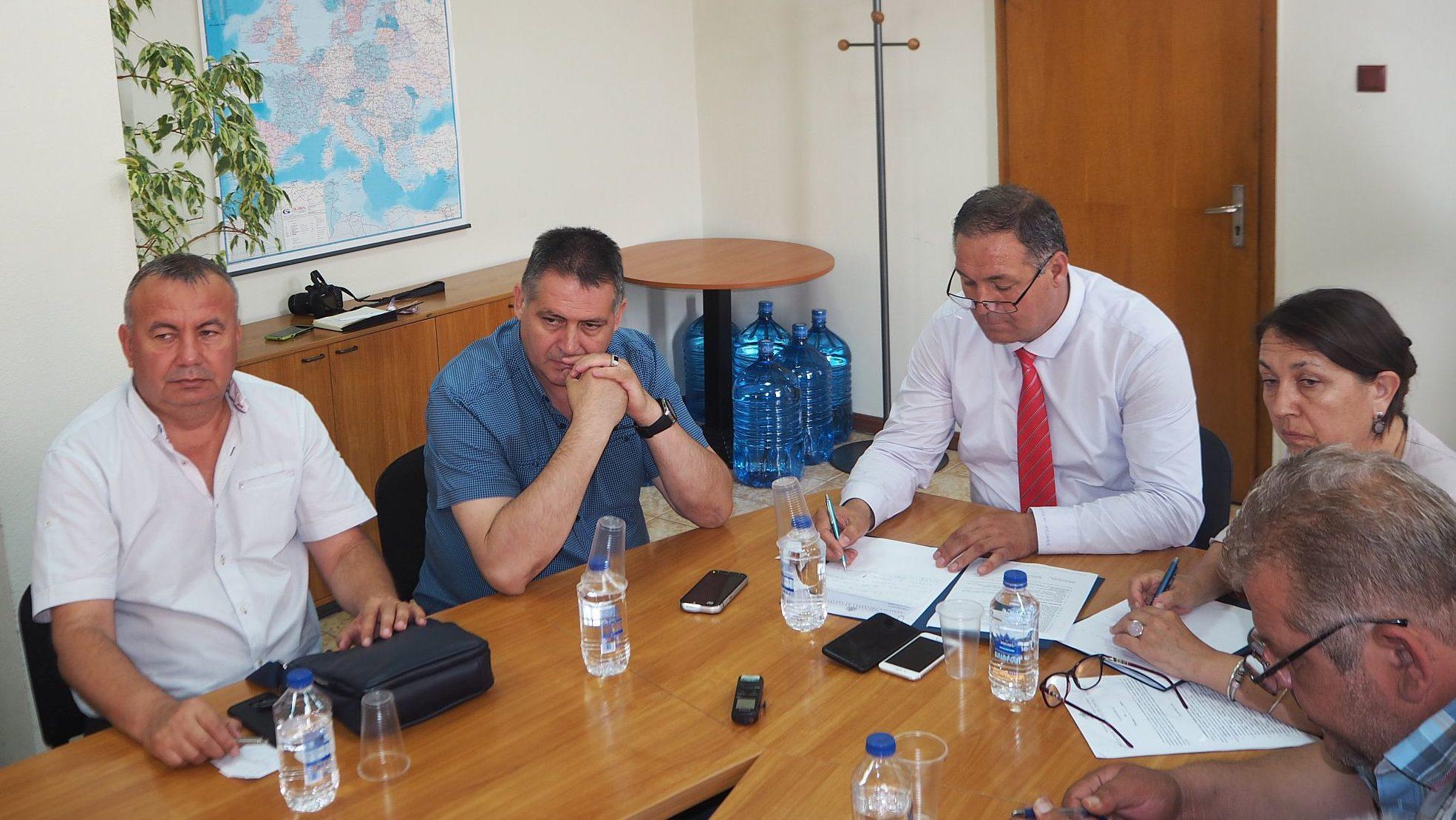 Областният управител Гюнай Хюсмен ръководи заседание  ...