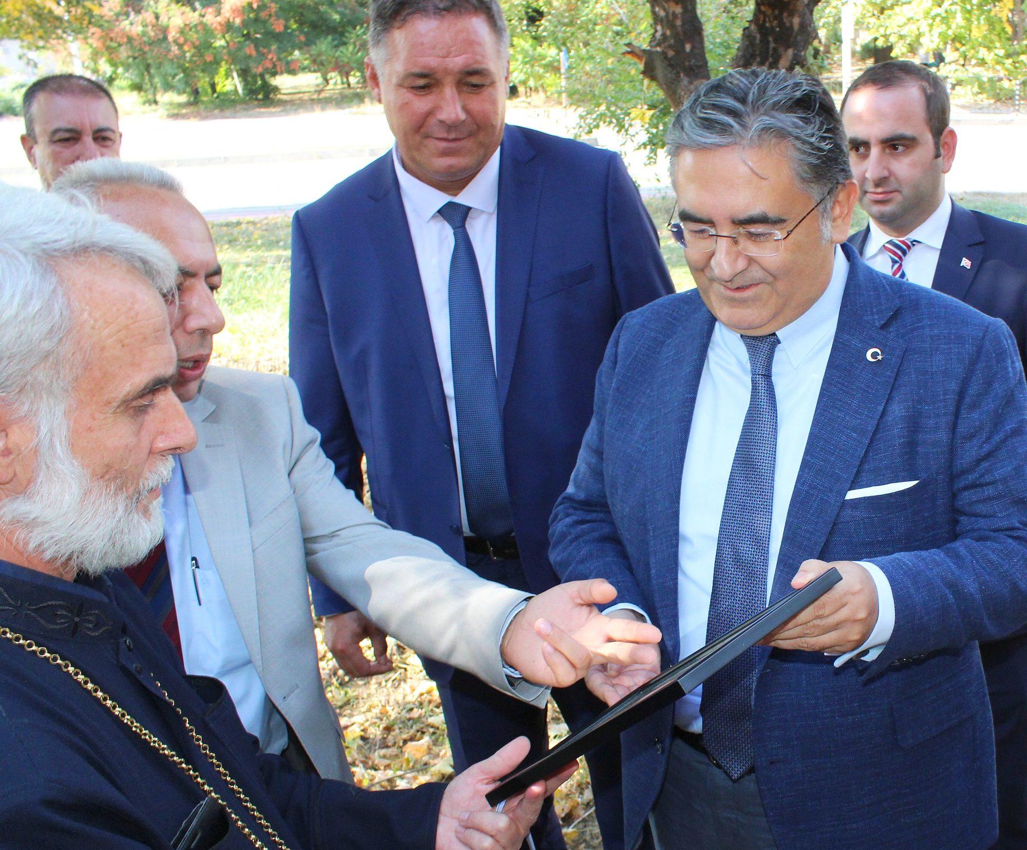 Областният управител Гюнай Хюсмен показа на посланика ...