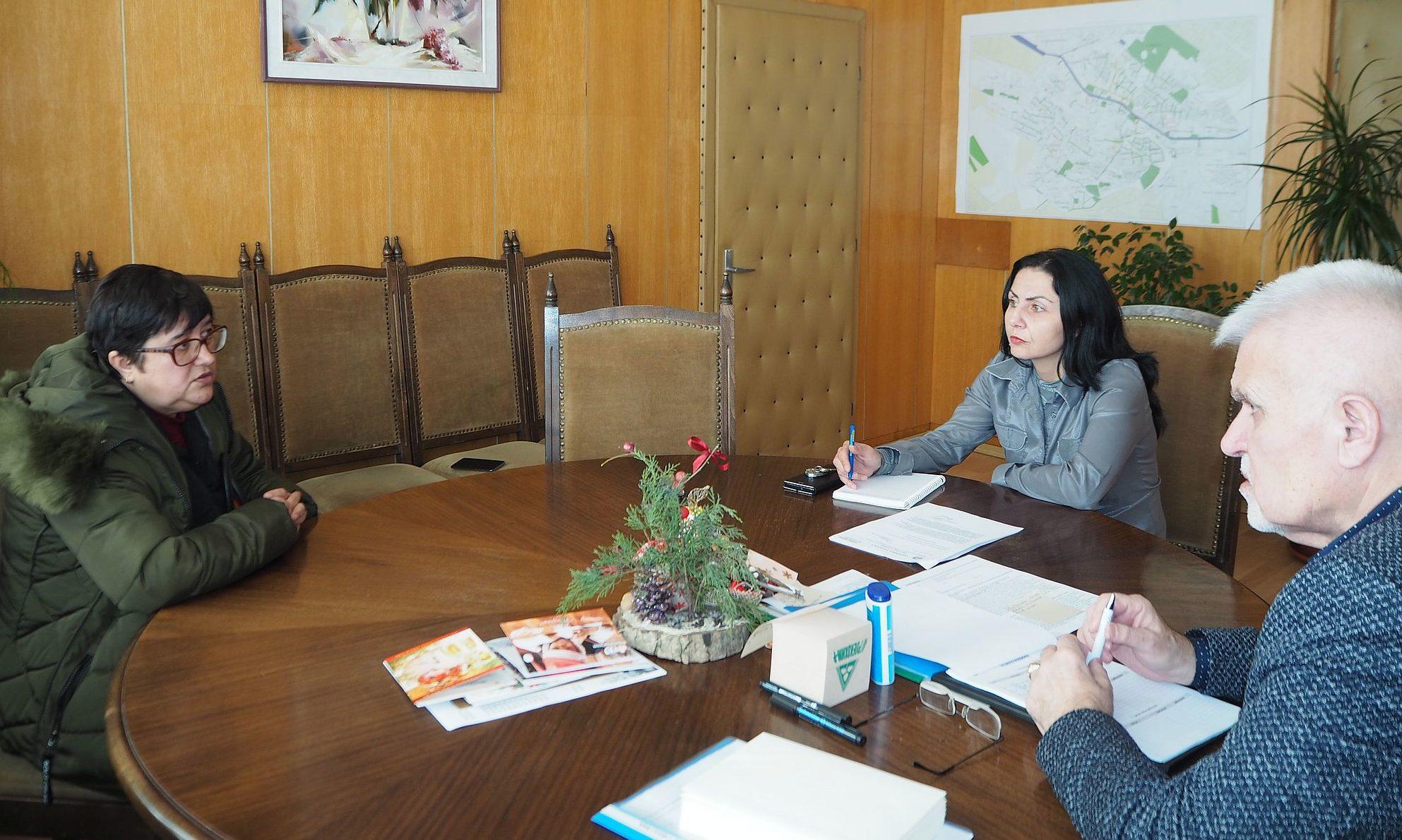 Кметът Денчо Бояджиев и зам.-кметът Милена Орешкова се  ...