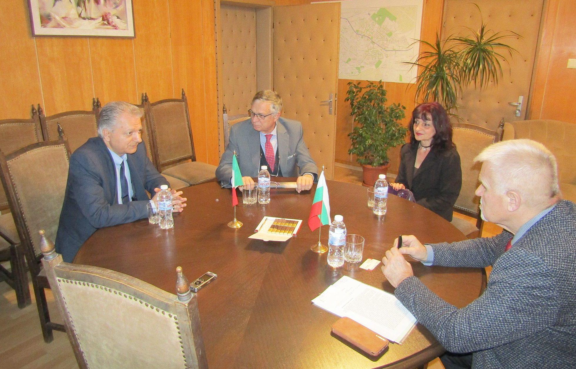 Кметът Денчо Бояджиев обсъди с Почетния консул на Итал ...