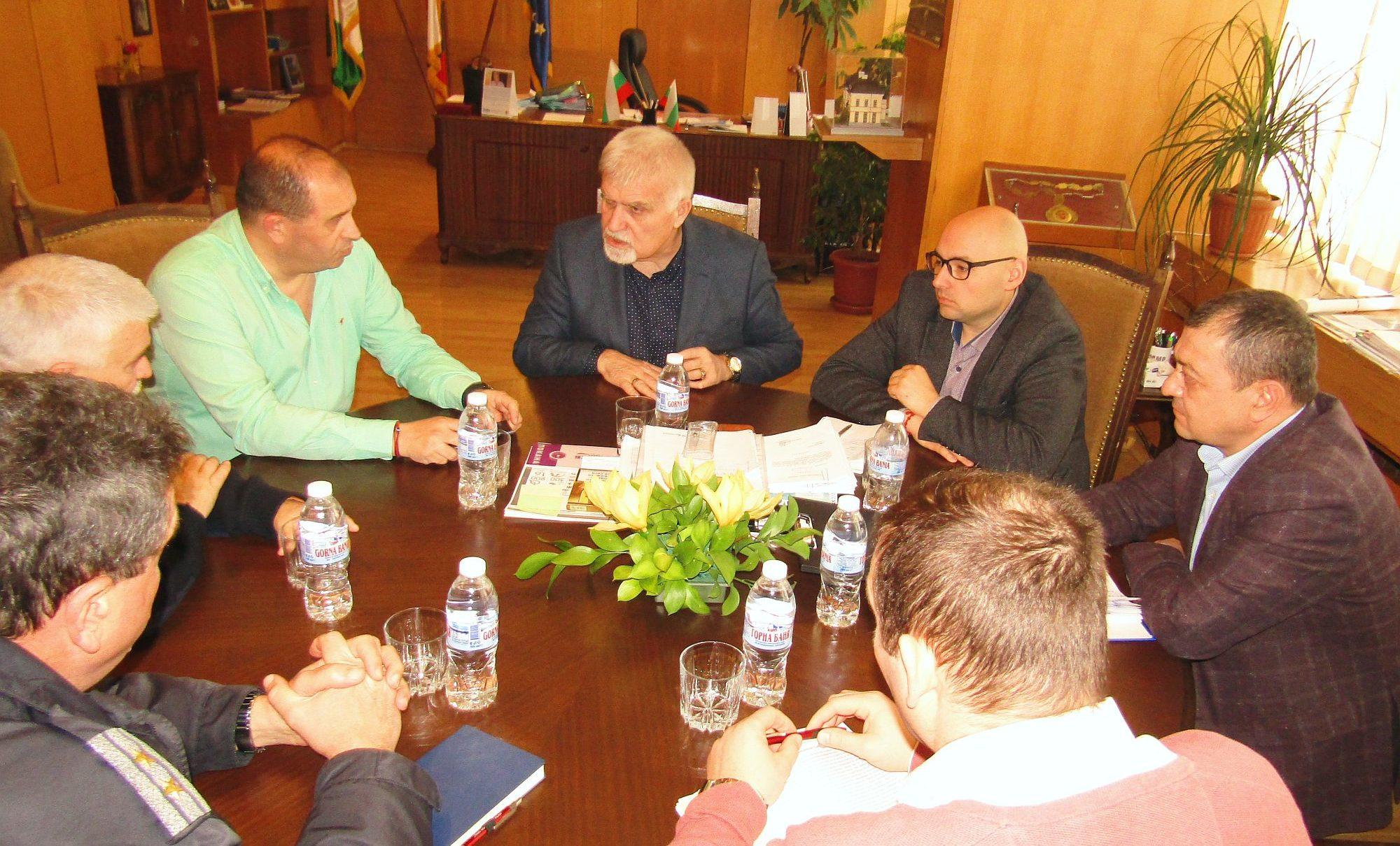 Кметът Денчо Бояджиев и заместниците му Добрин Добрев  ...