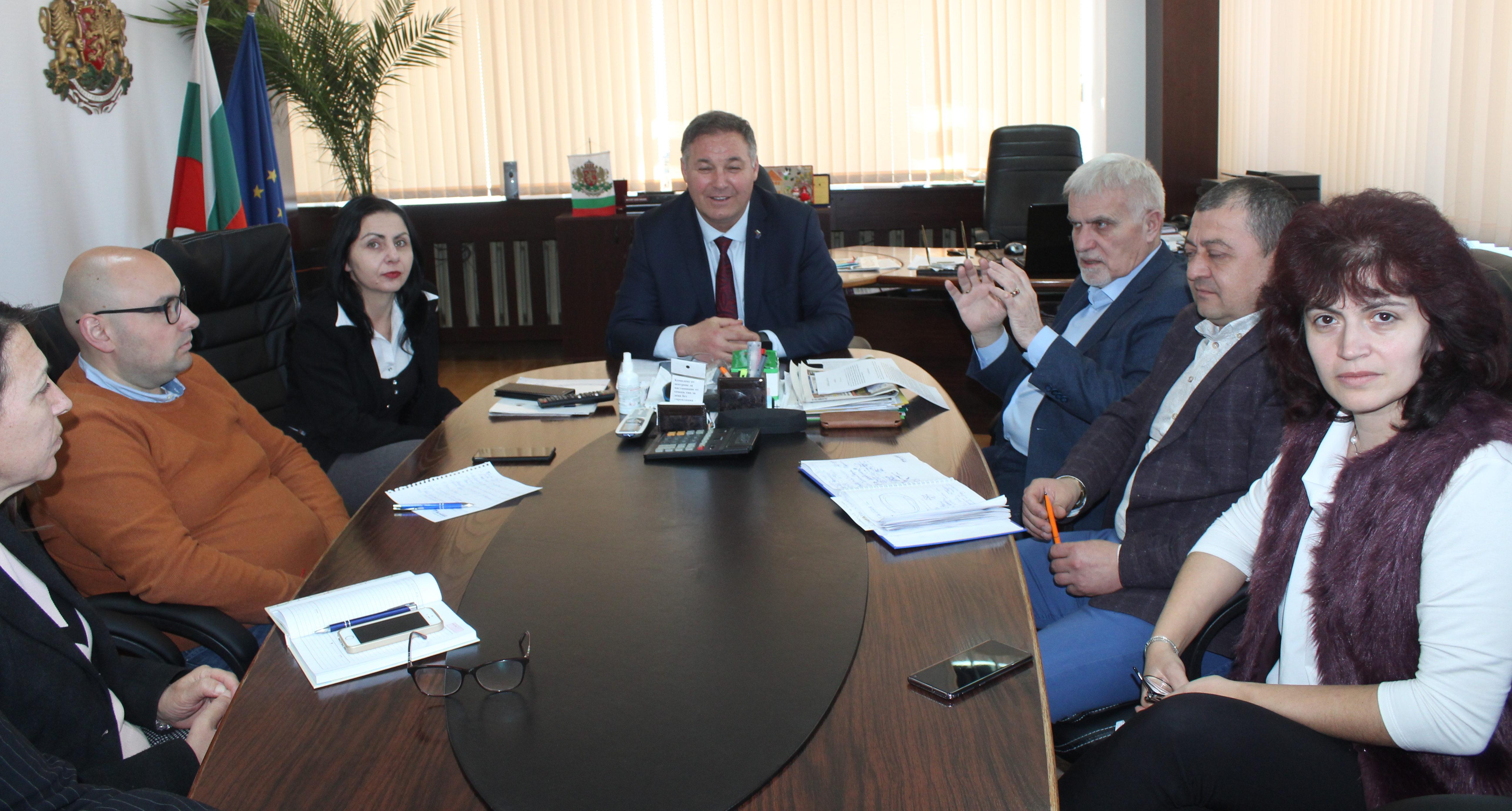 Областният управител Гюнай Хюсмен и кметът Денчо Бояд� ...