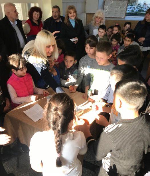 БЧК в Разград раздава хранителни продукти за деца в ну� ...
