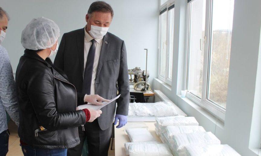 Областният управител Гюнай Хюсмен в шивашко предприят ...