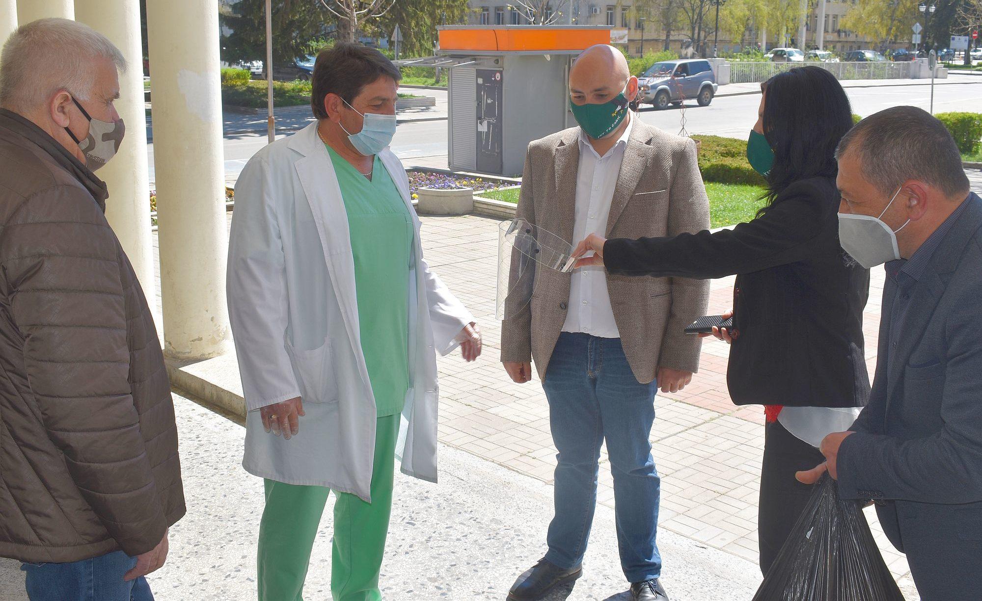 Управителят на ДКЦ-1 получи предпазни шлемове за персо� ...