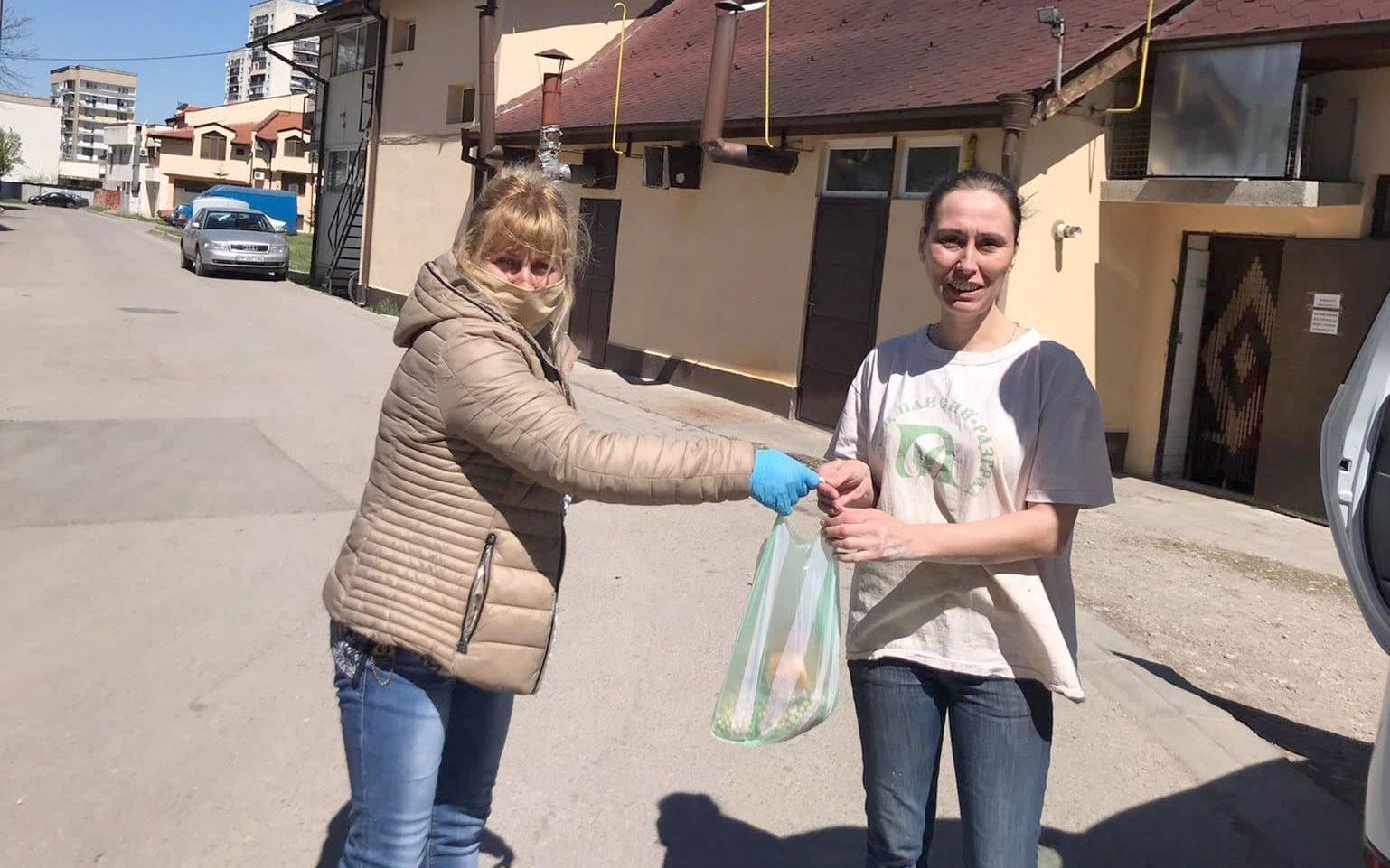 100 потребители на социални услуги получиха дарение, пр� ...