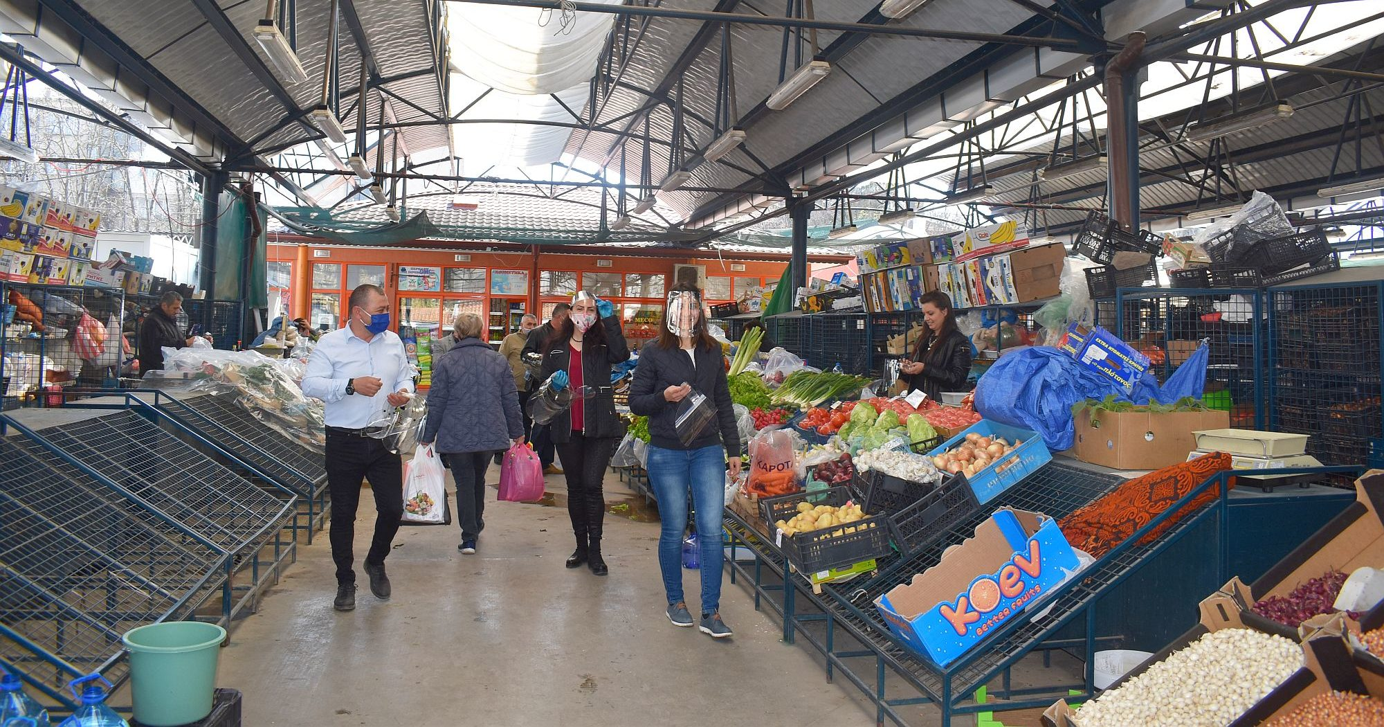 Продавачите на зеленчуци получиха предпазни шлемове, � ...