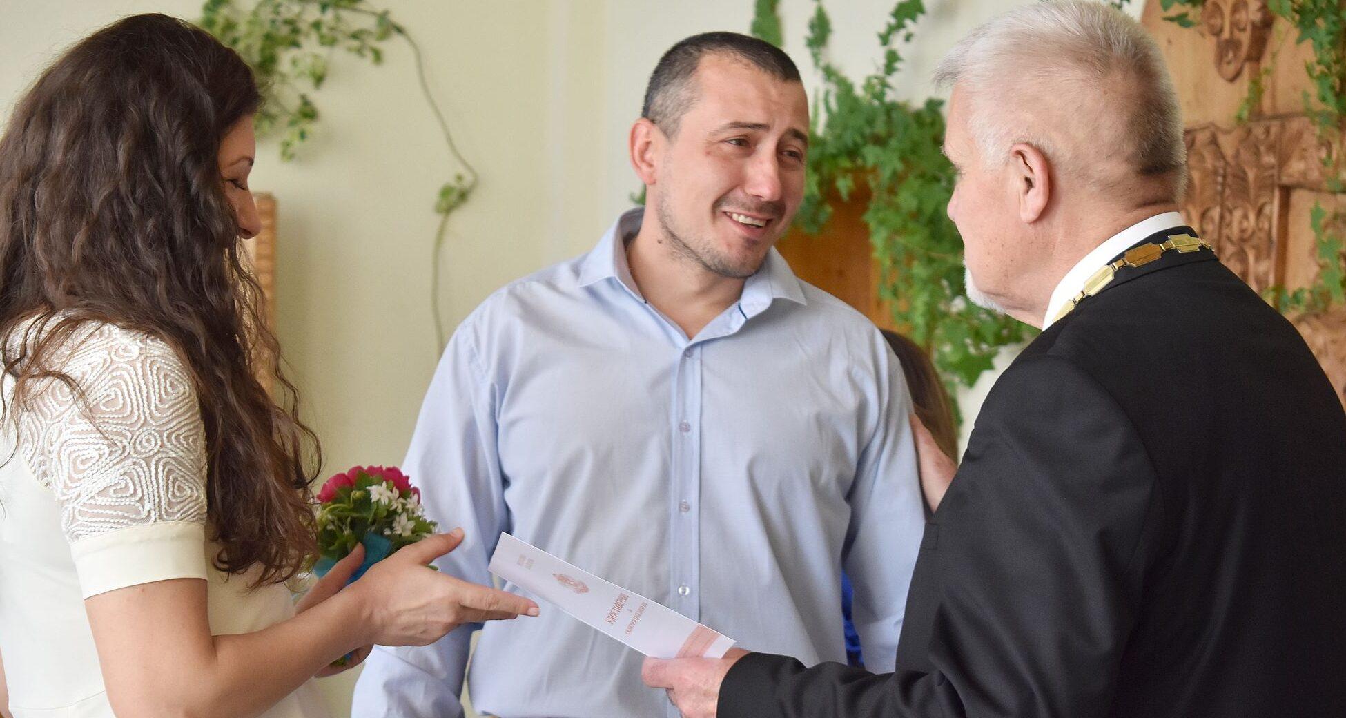 Кметът Денчо Бояджиев връчи удостоверение за гражданс ...