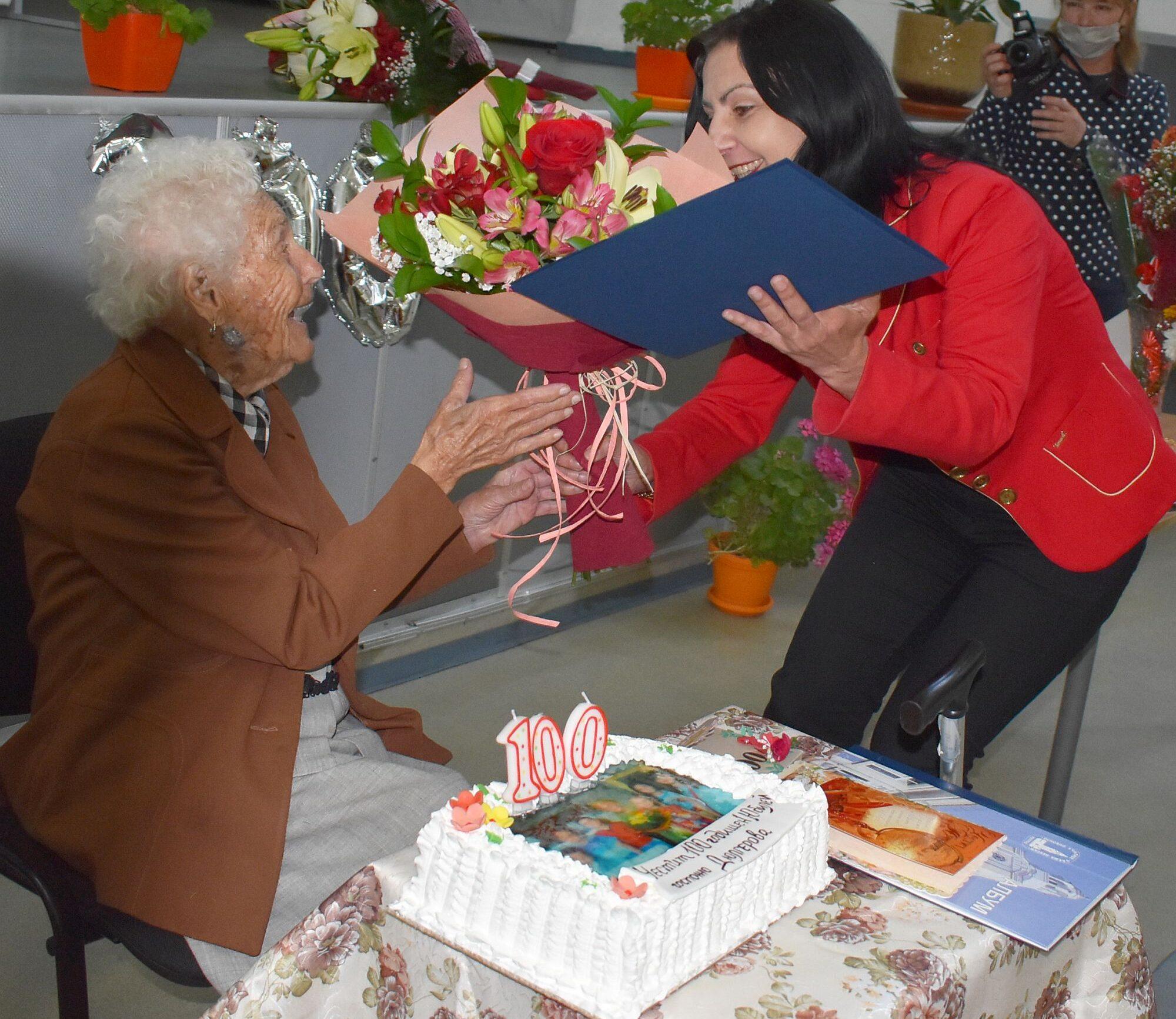 Заместник-кметът Милена Орешкова поздрави столетничк� ...