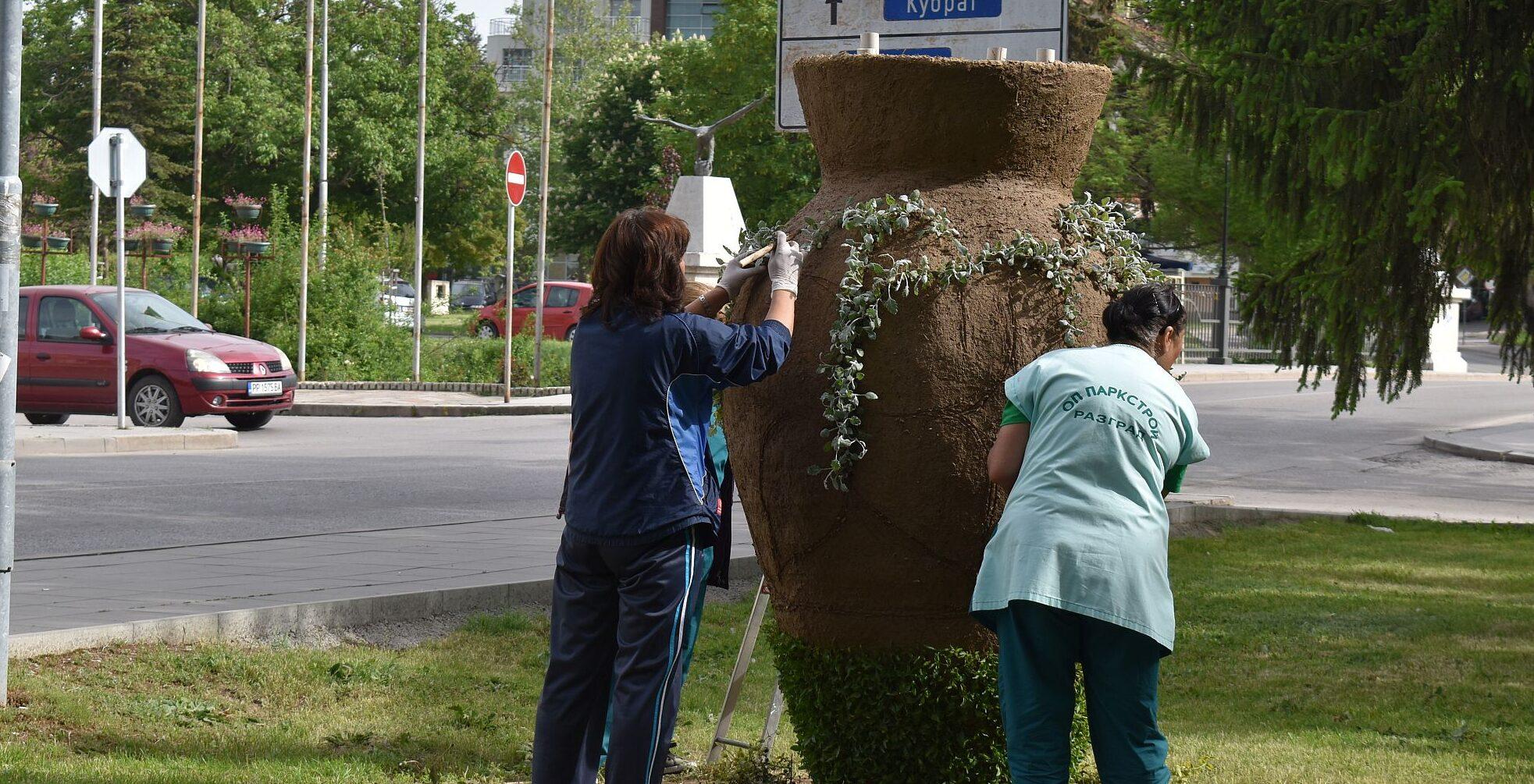 Започна зацветяването на вазата в градинката пред Про� ...