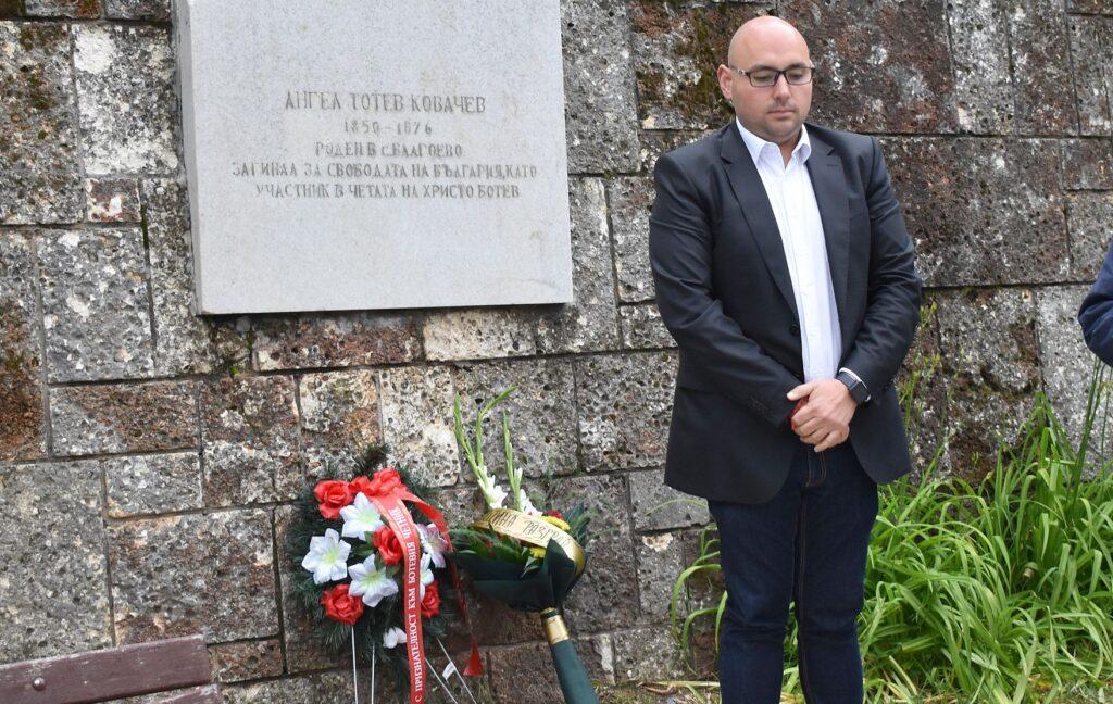 Заместник-кметът Добрин Добрев поднесе цветя пред пам� ...