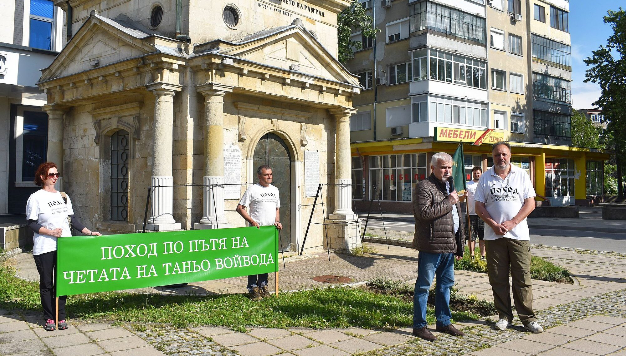 Кметът Денчо Бояджиев и заместник-кметът Милена Орешк� ...