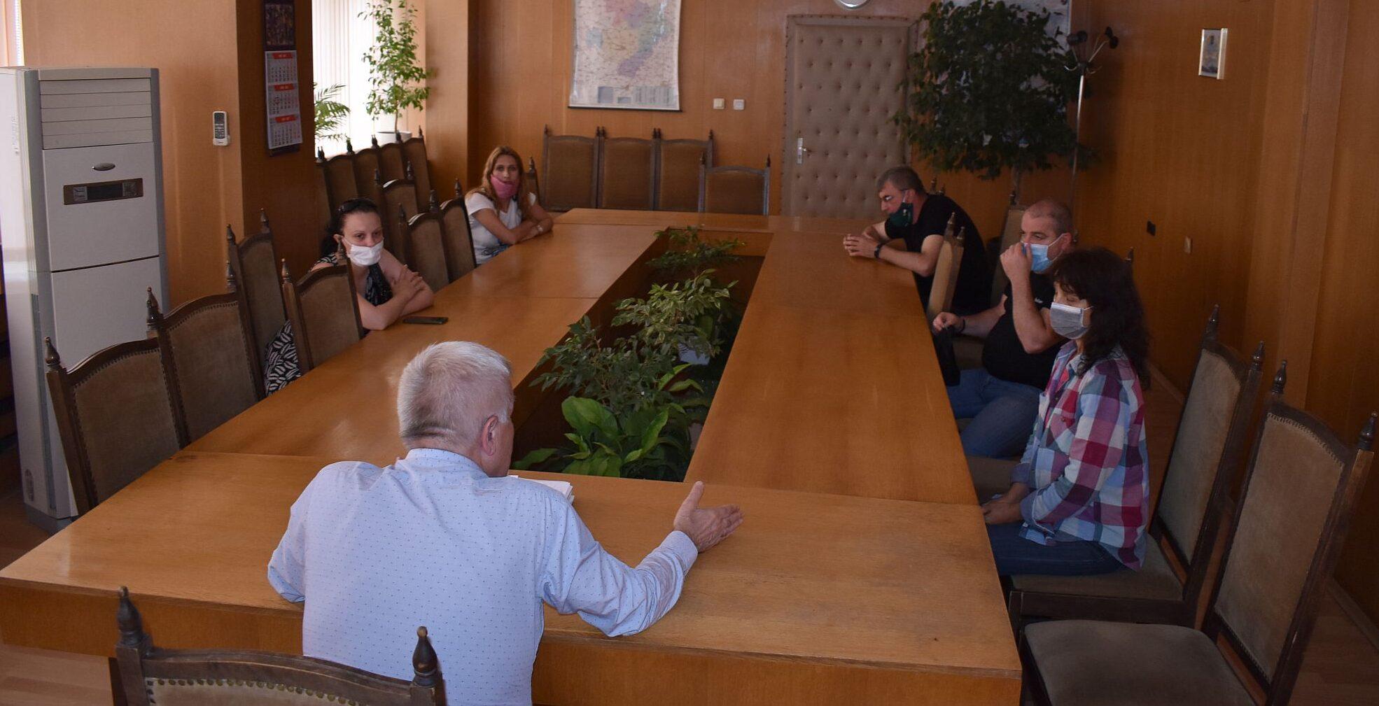 Кметът Денчо Бояджиев разговаря с родители на деца от � ...