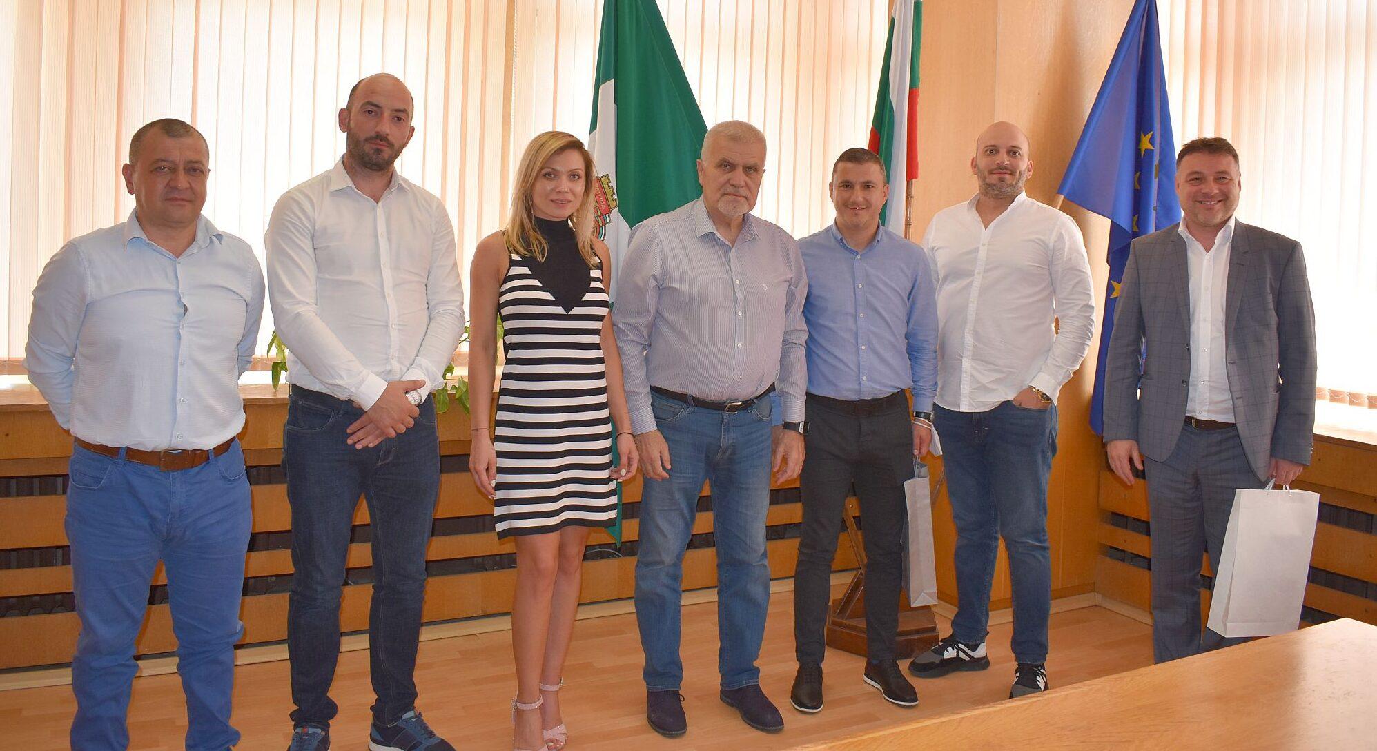Кметът Денчо Бояджиев и заместник-кметът Мирослав Гръ� ...
