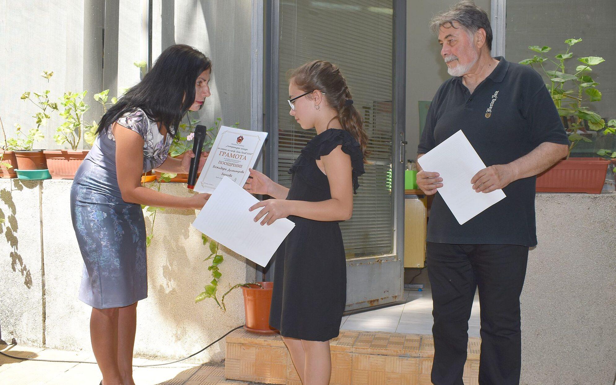 Заместник-кметът Милена Орешкова връчи грамоти на при� ...