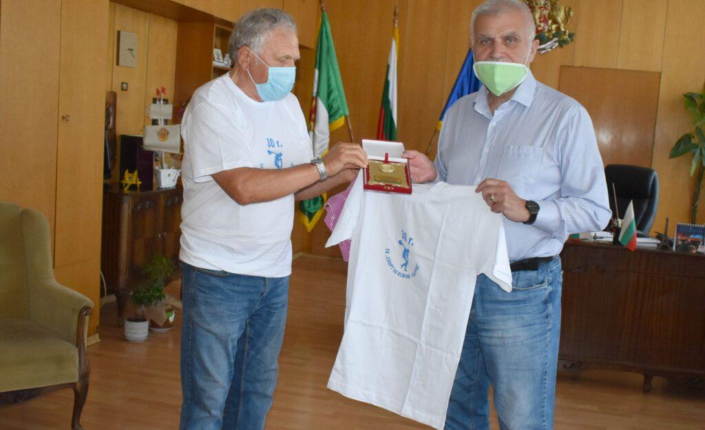 Кметът Денчо Бояджиев получи плакет за подкрепата за д ...