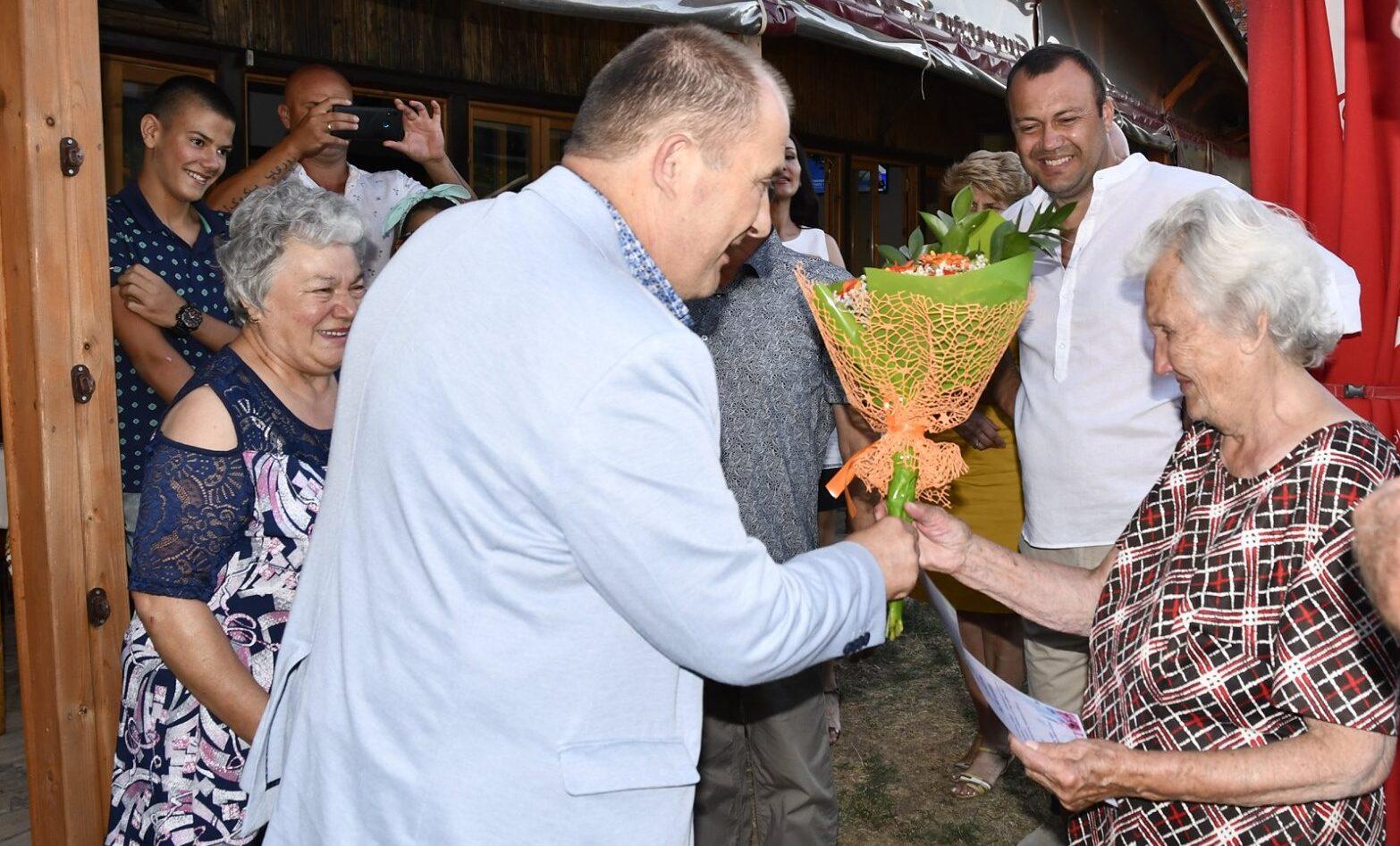 Кметът Алкин Неби уважи 90-годишен юбилей на жителка от  ...