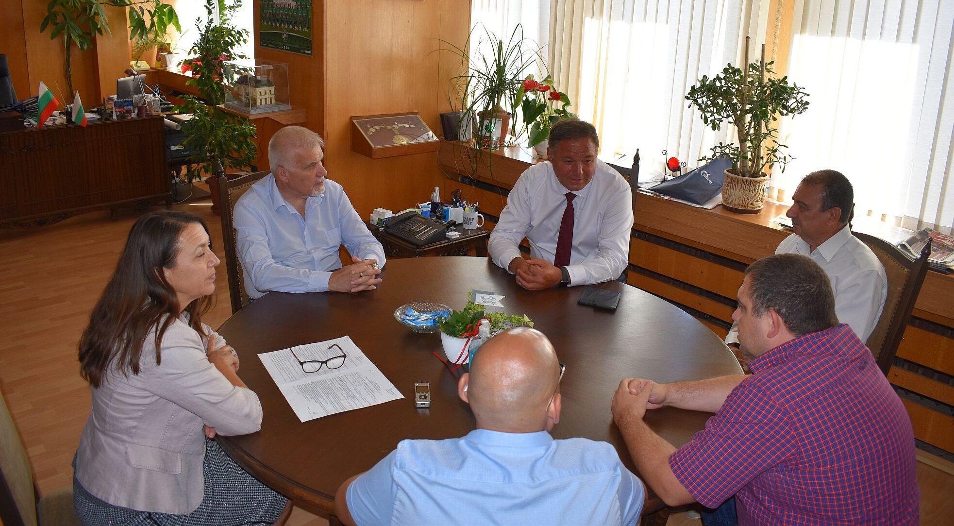 Кметът Денчо Бояджиев, заместник-кметът Добрин Добрев  ...