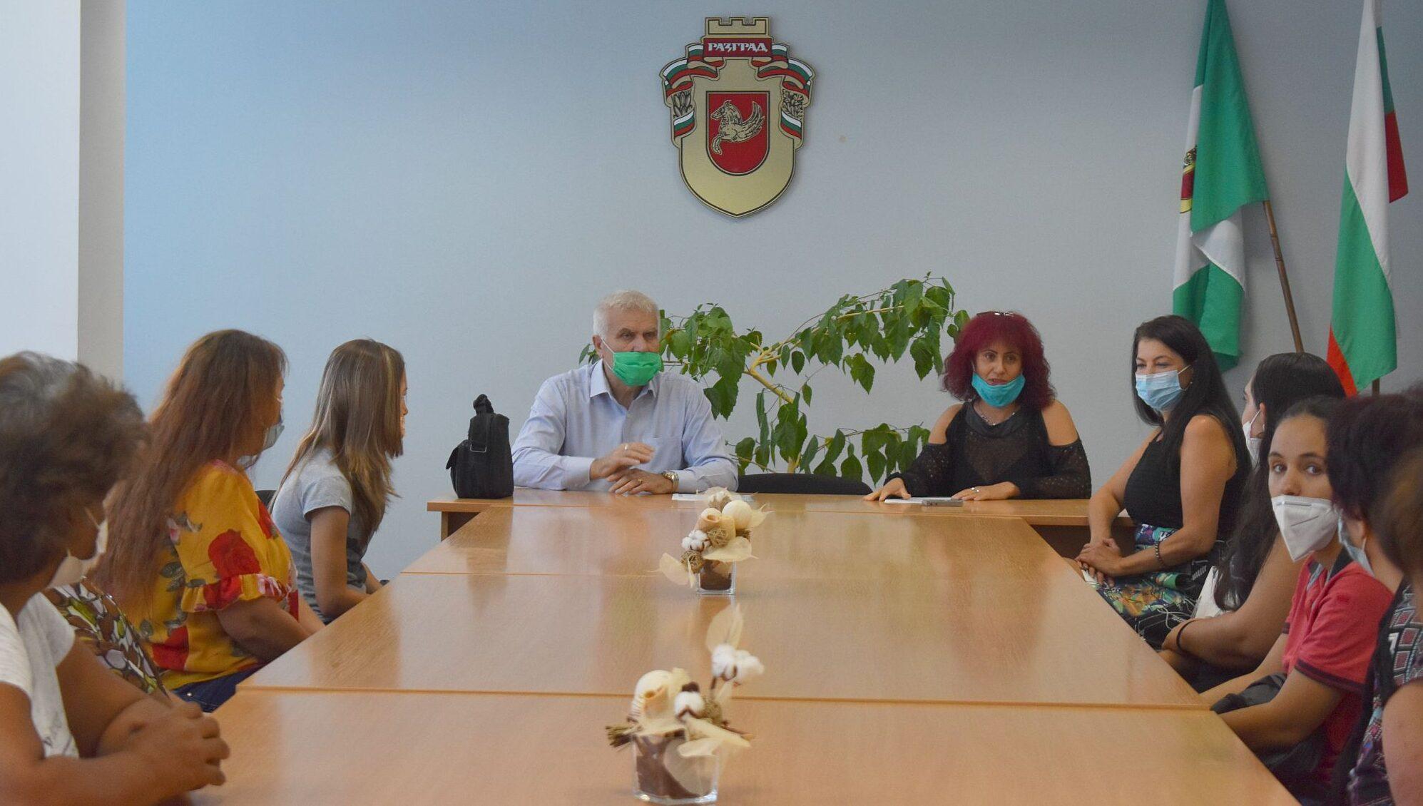 Кметът Денчо Бояджиев връчи удостоверения на 30 социал� ...