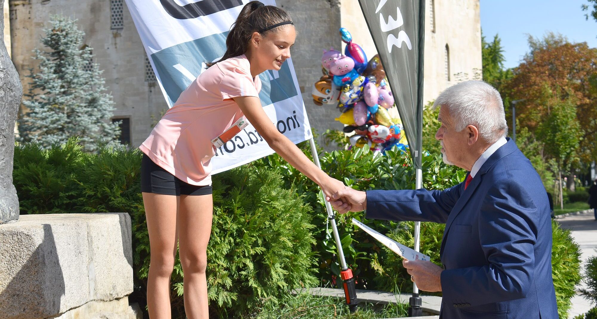 Кметът Денчо Бояджиев връчи част от наградите в отложе ...