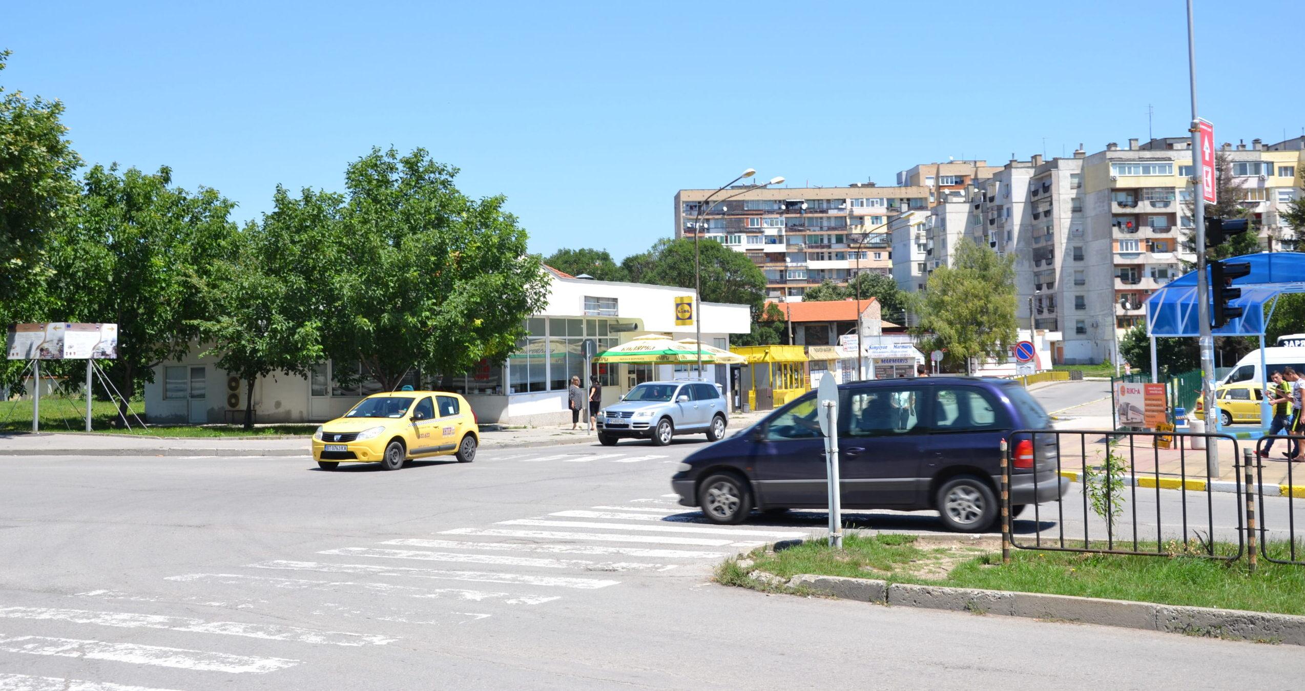 Кметът Денчо Бояджиев и представител на фирмата-изпъл� ...