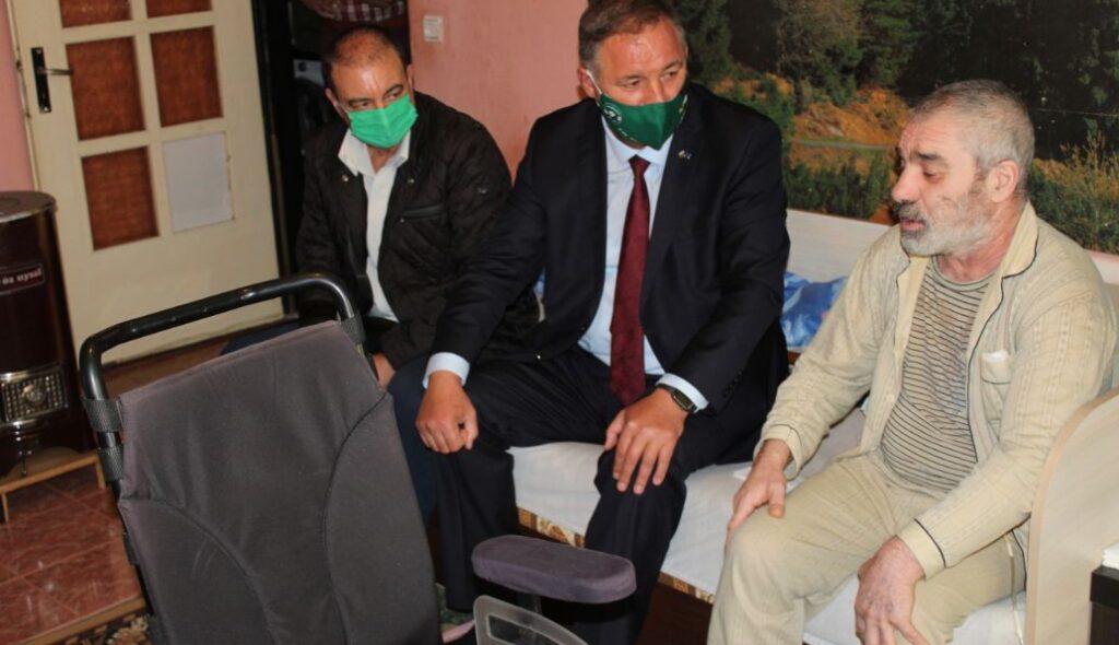 Областният управител дари елекрическа инвалидна коли� ...