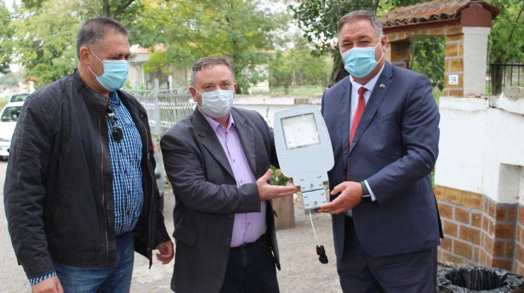 Гюнай Хюсмен дари улични лампи на Киченица