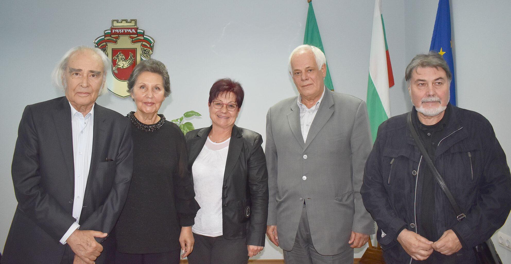 Председателят на Общинския съвет Стоян Ненчев и замес� ...