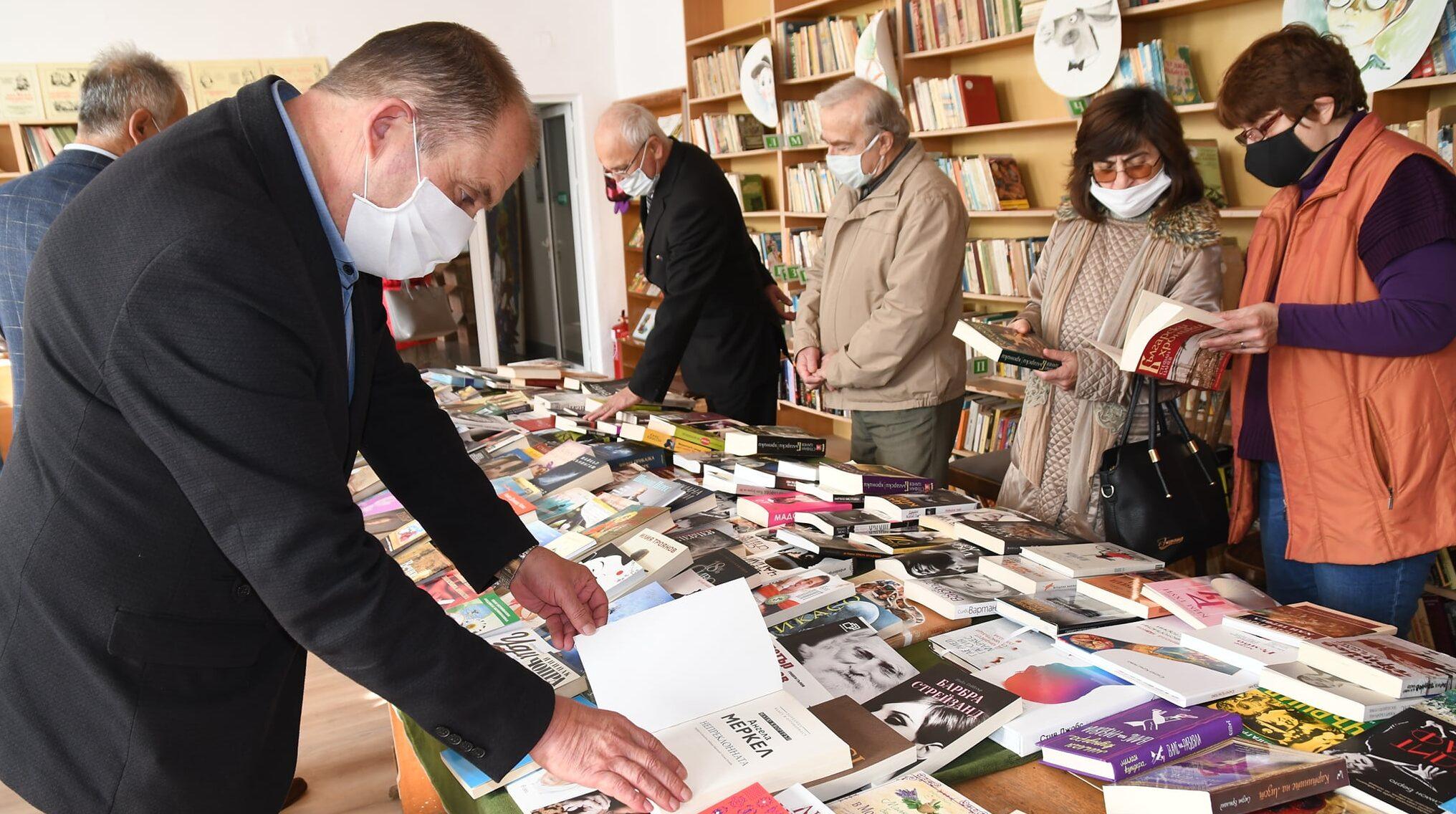 Лили Иванова дари стотици книги за библиотеката в родн ...