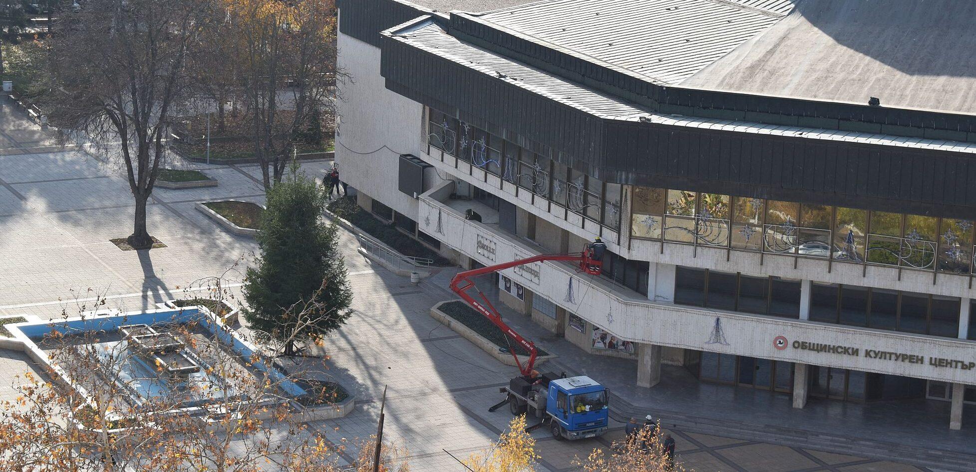 Градската коледна елха е вече на площада
