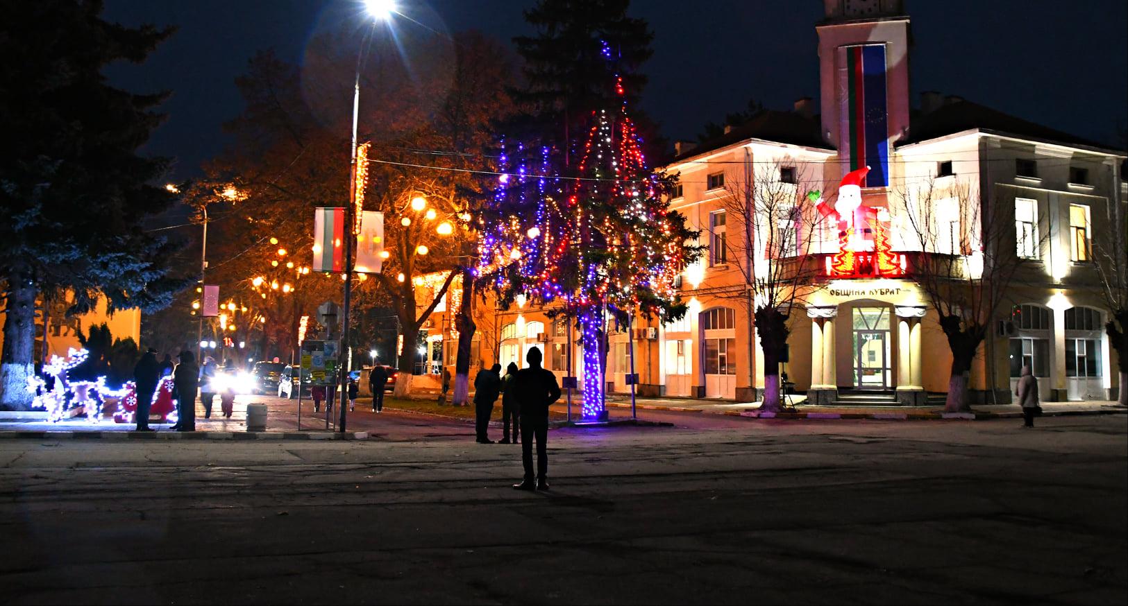 Празнична украса и огромен Дядо Коледа вече радват дес ...