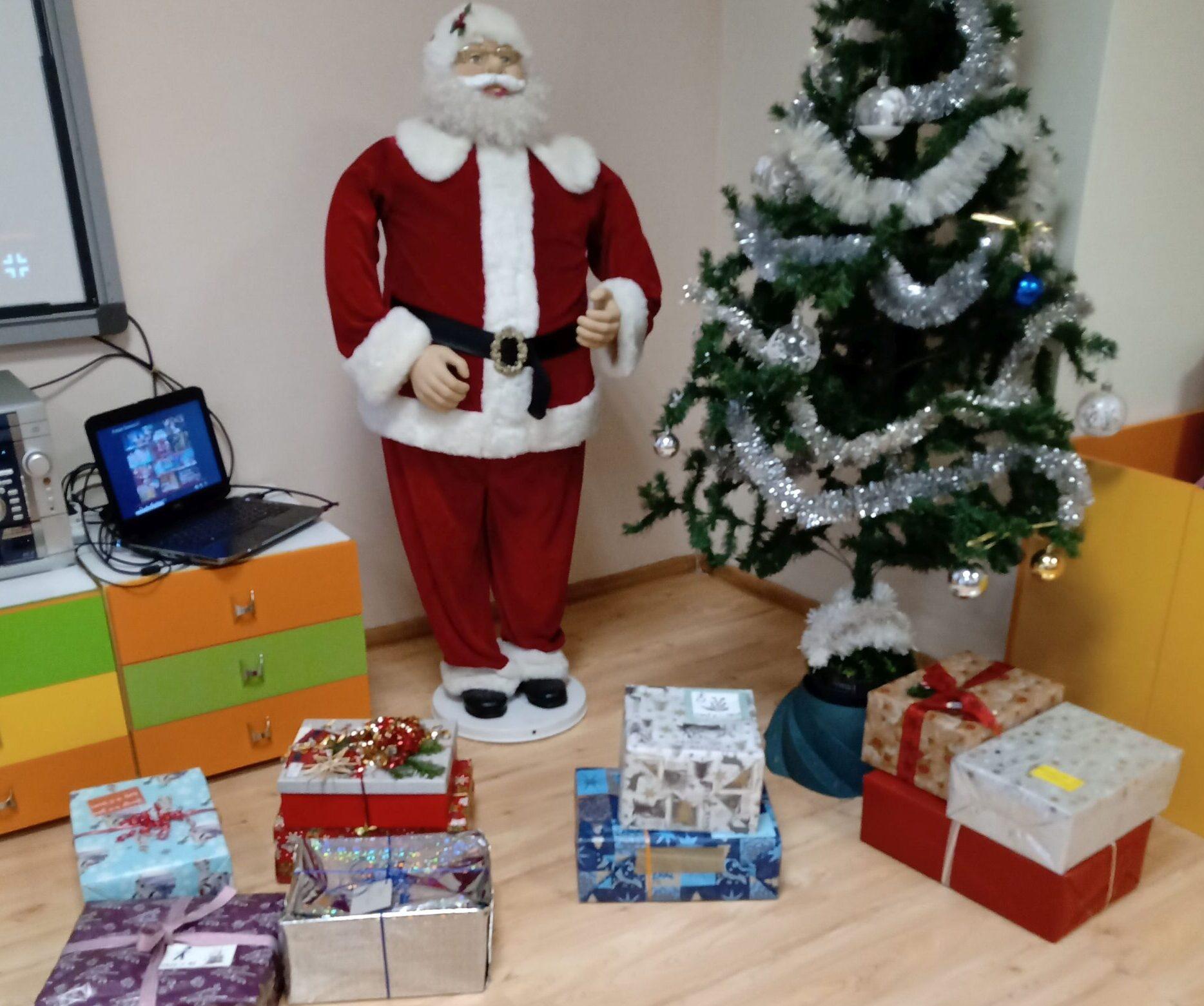 Дядо Коледа донесе подаръци на децата на медиците от COV ...