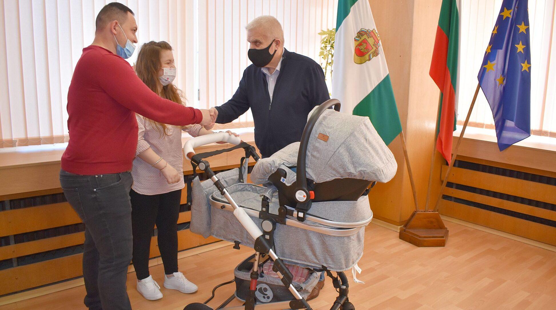 Кметът Денчо Бояджиев връчи подарък на родителите на п ...