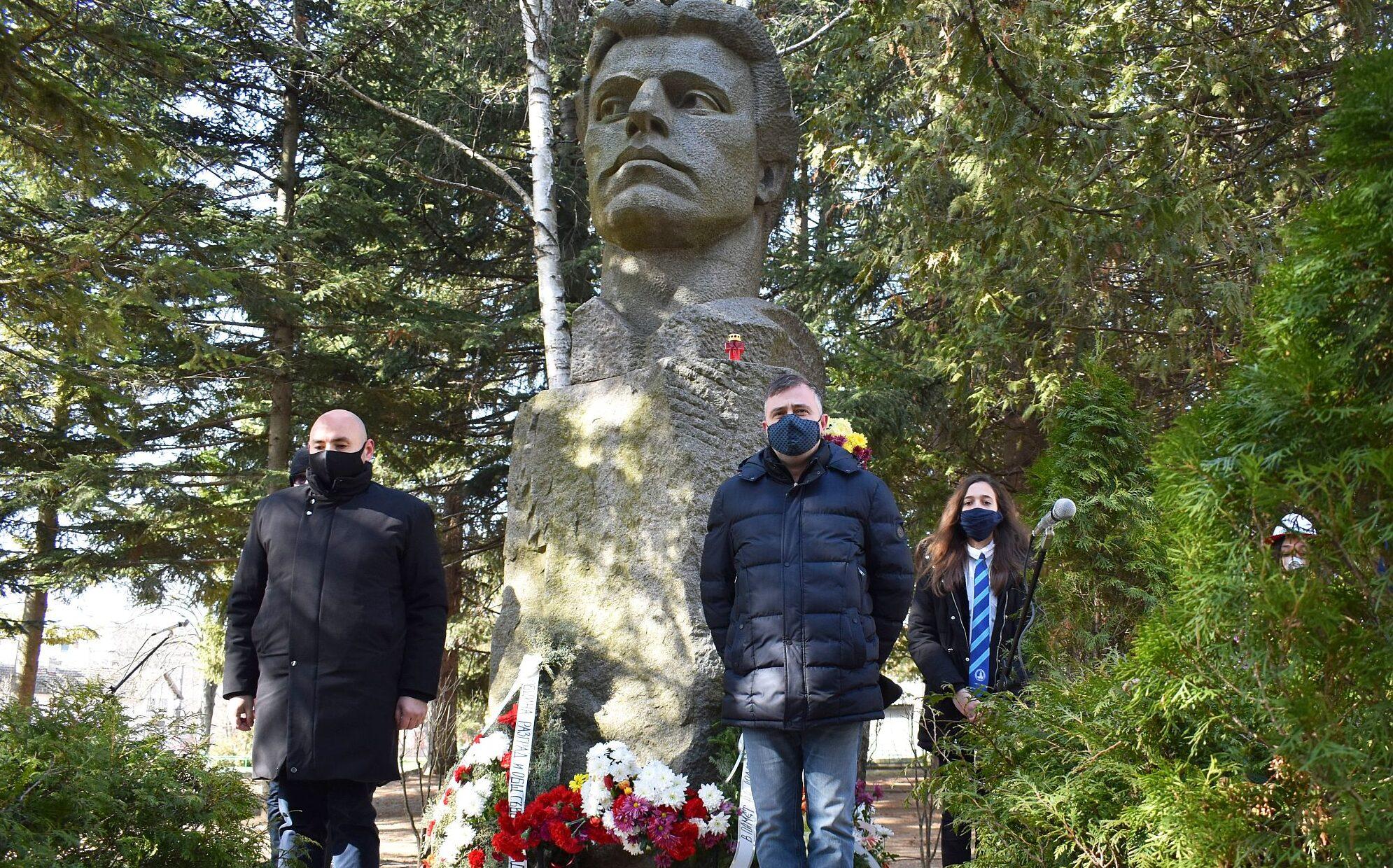 Ръководството на Община Разград почете паметта на Апо� ...