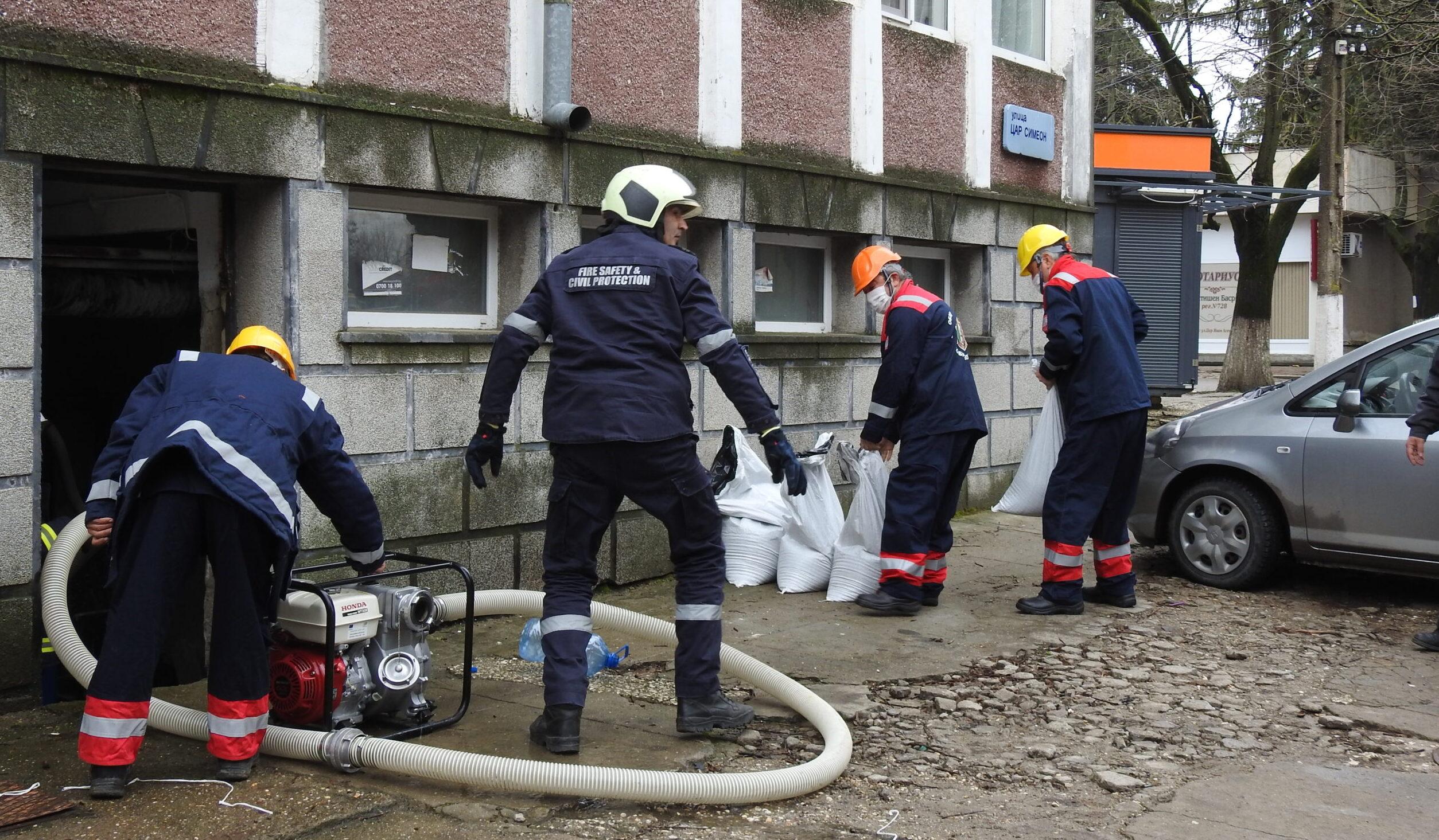 """Пожарникари и доброволци """"отводняваха"""" читалище ..."""