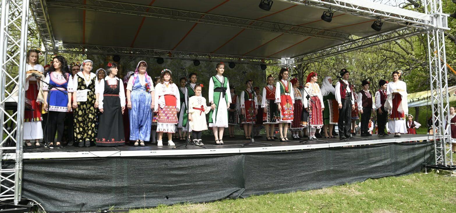 """Стотици участници на фолклорния фестивал """"Божурите ..."""