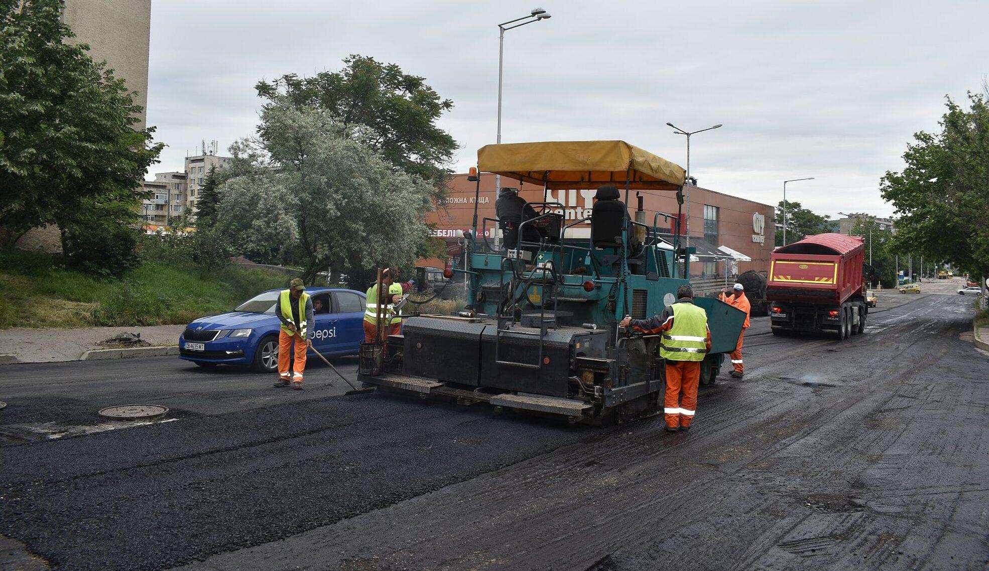 Започна полагането на изравнителния пласт асфалт по у� ...