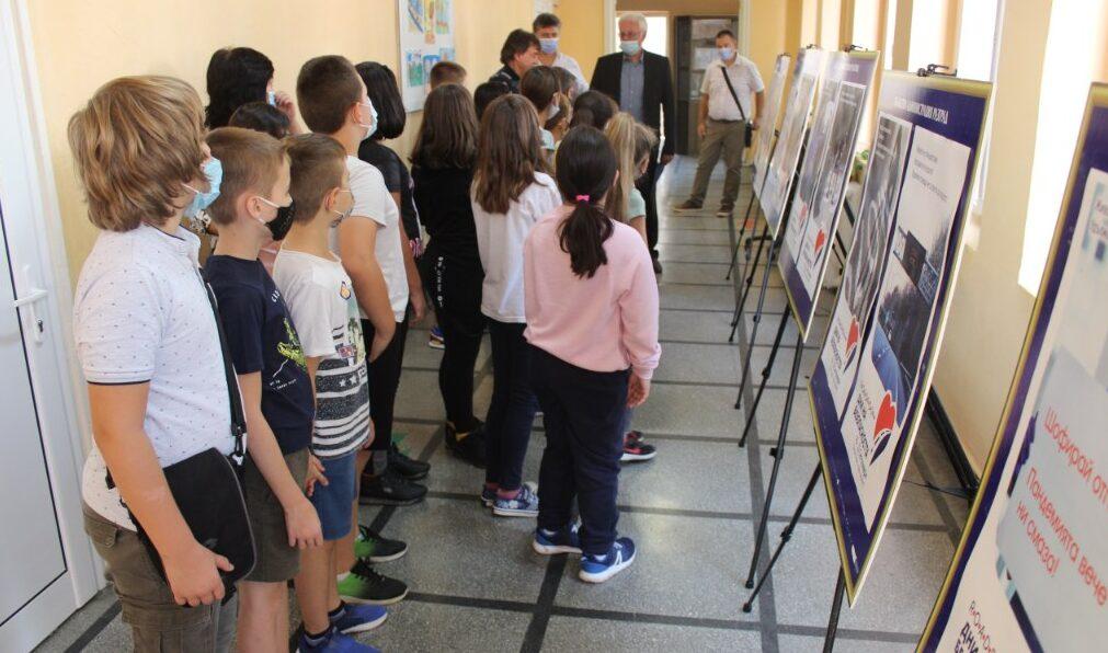 Областният управител откри изложба с плакати за безоп� ...