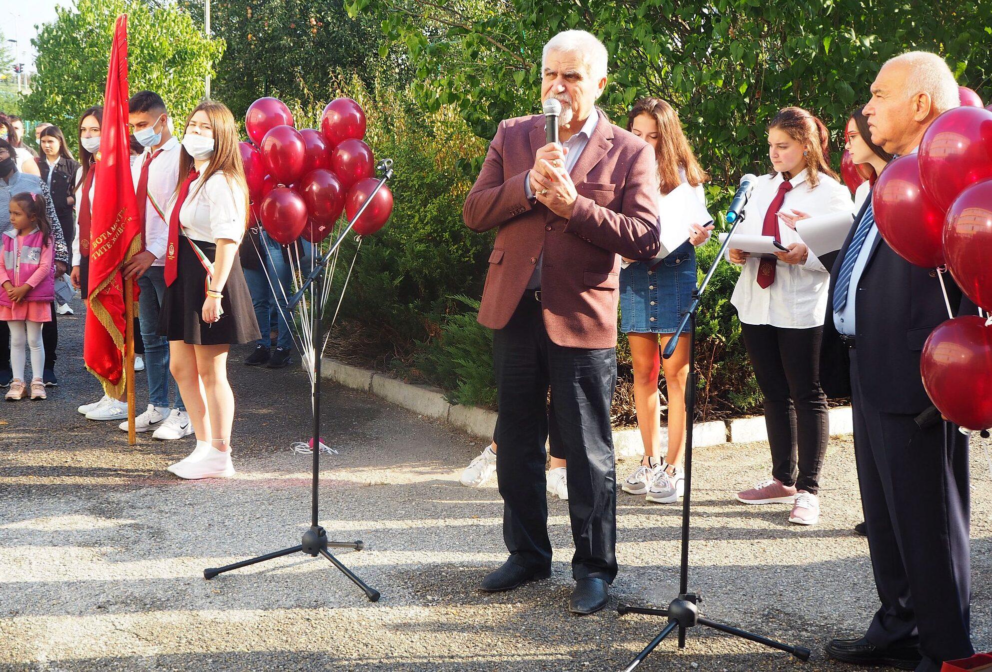 Кметът Денчо Бояджиев поздрави учениците и учителитео ...