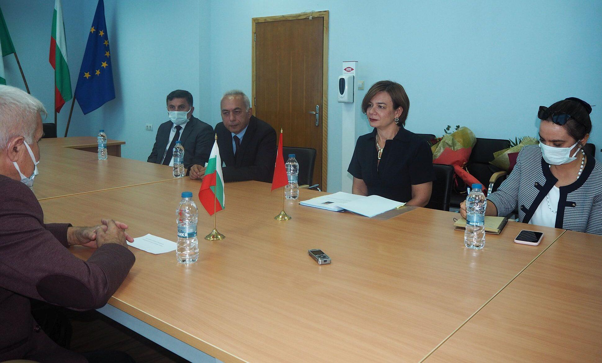 Кметът Денчо Бояджиев и екипът му се срещнаха с послан� ...