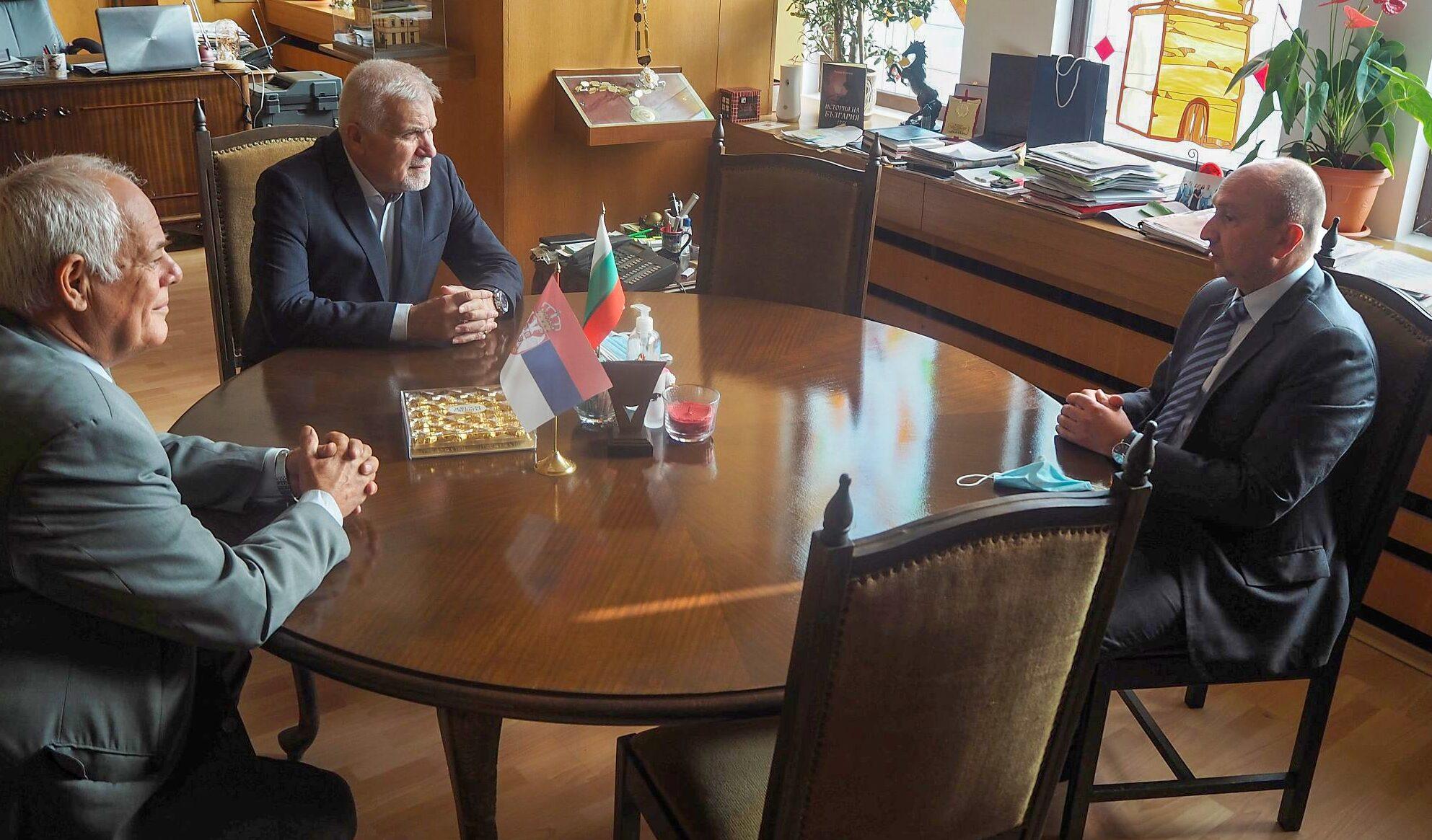 Кметът Денчо Бояджиев и Председателят на Общинския съ� ...